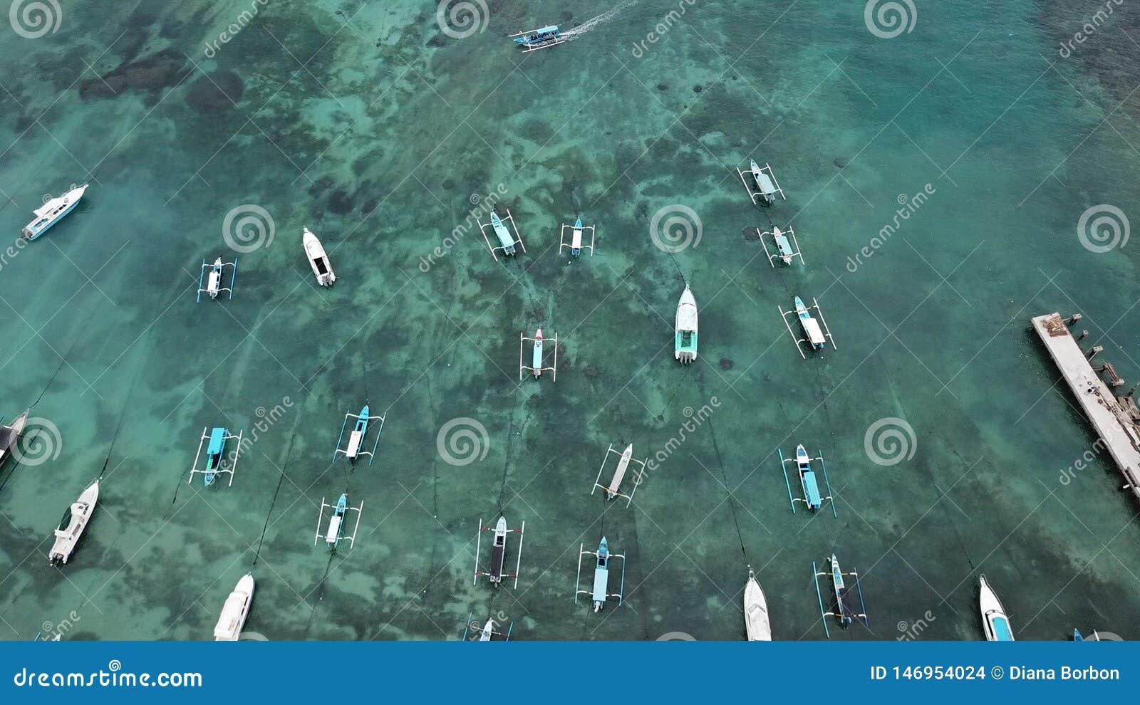 Balinese traditionnel Fisher Boats à la plage de Sanur, Bali, Indonésie La vue du bourdon - image