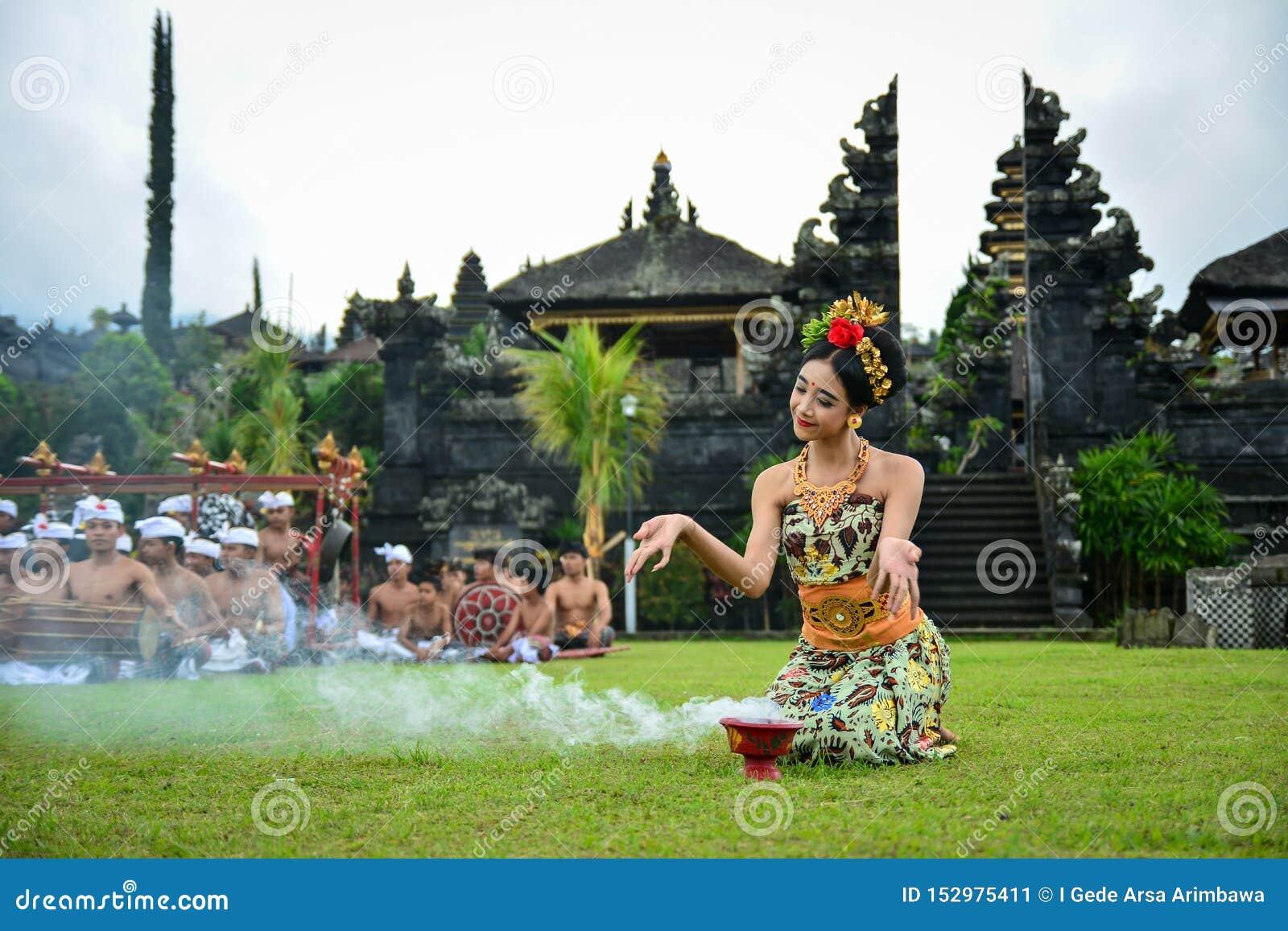 BalinesedansarePerforming A sakral dans