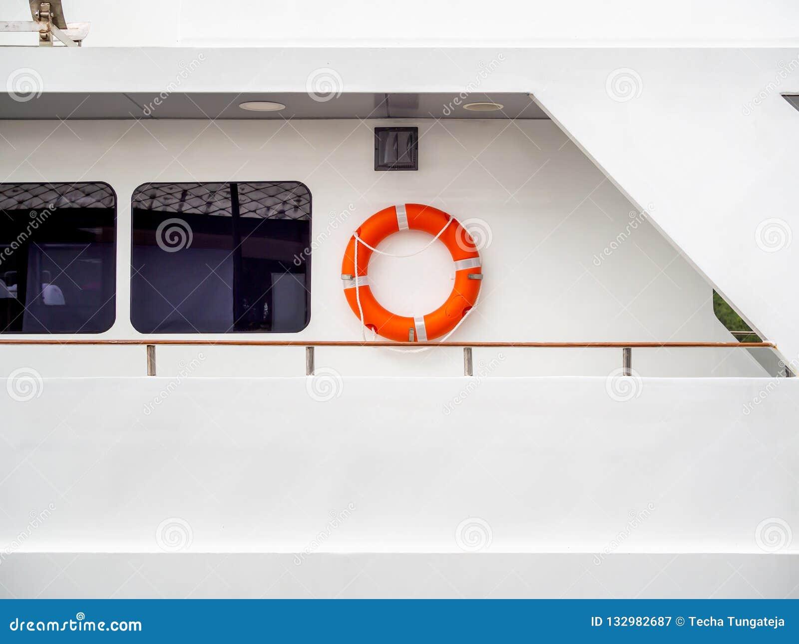 Balise de vie sur le mur sur le bateau de voyage