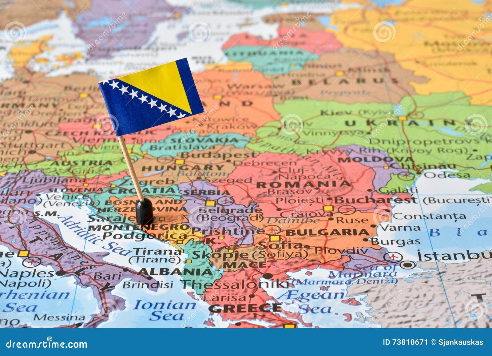 Karta Bosnien Och Hercegovina.Balkan Halvo Oversikt Och Flagga Av Bosnien Och Hercegovina