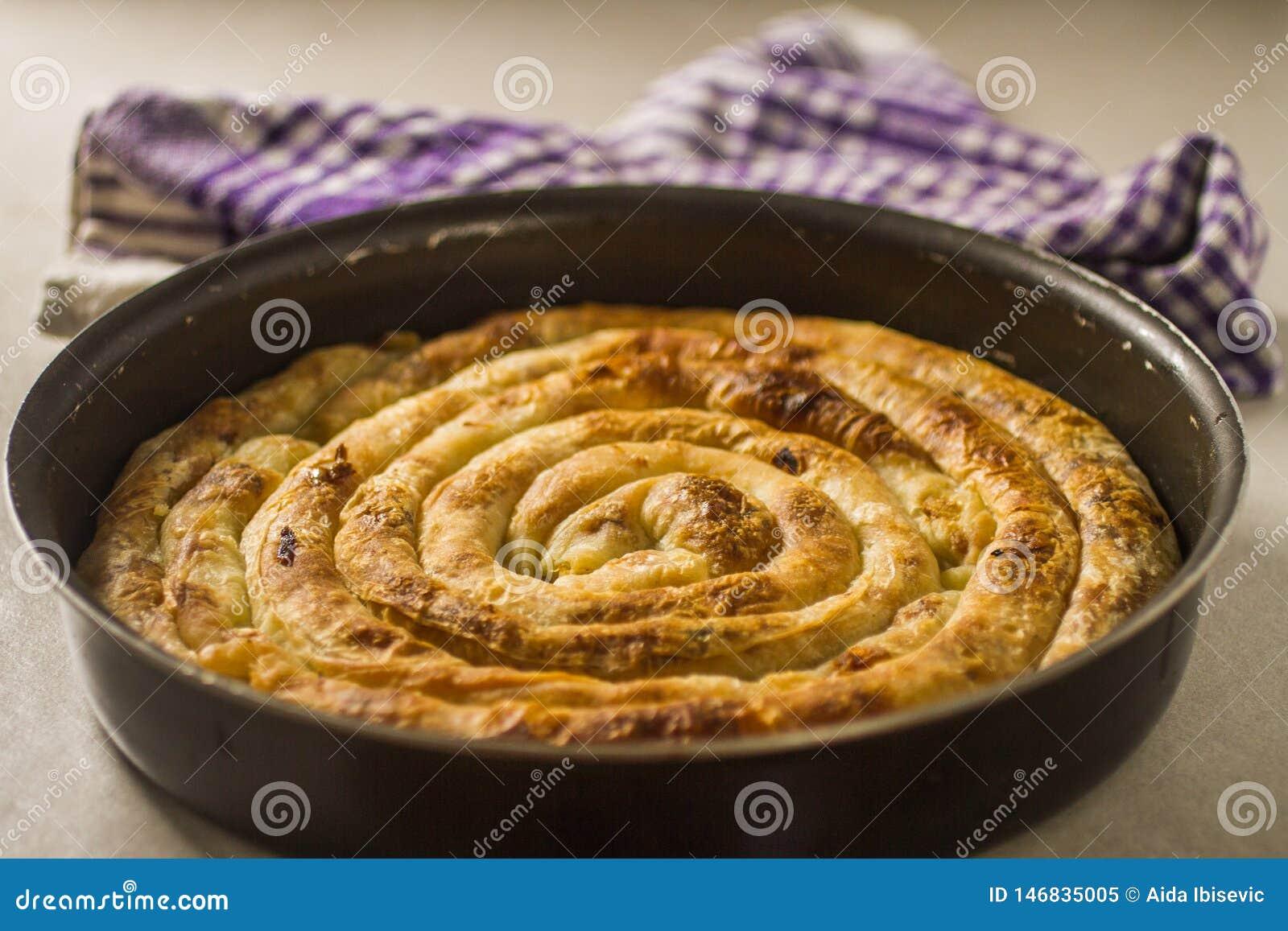 Balkan-Torte Burek frisch aus dem Ofen in rundem Pan heraus