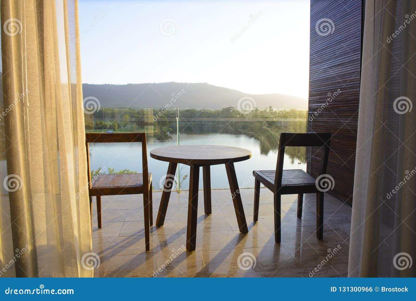 Balkon des Hausseeblicks mit Holztisch und Stuhl