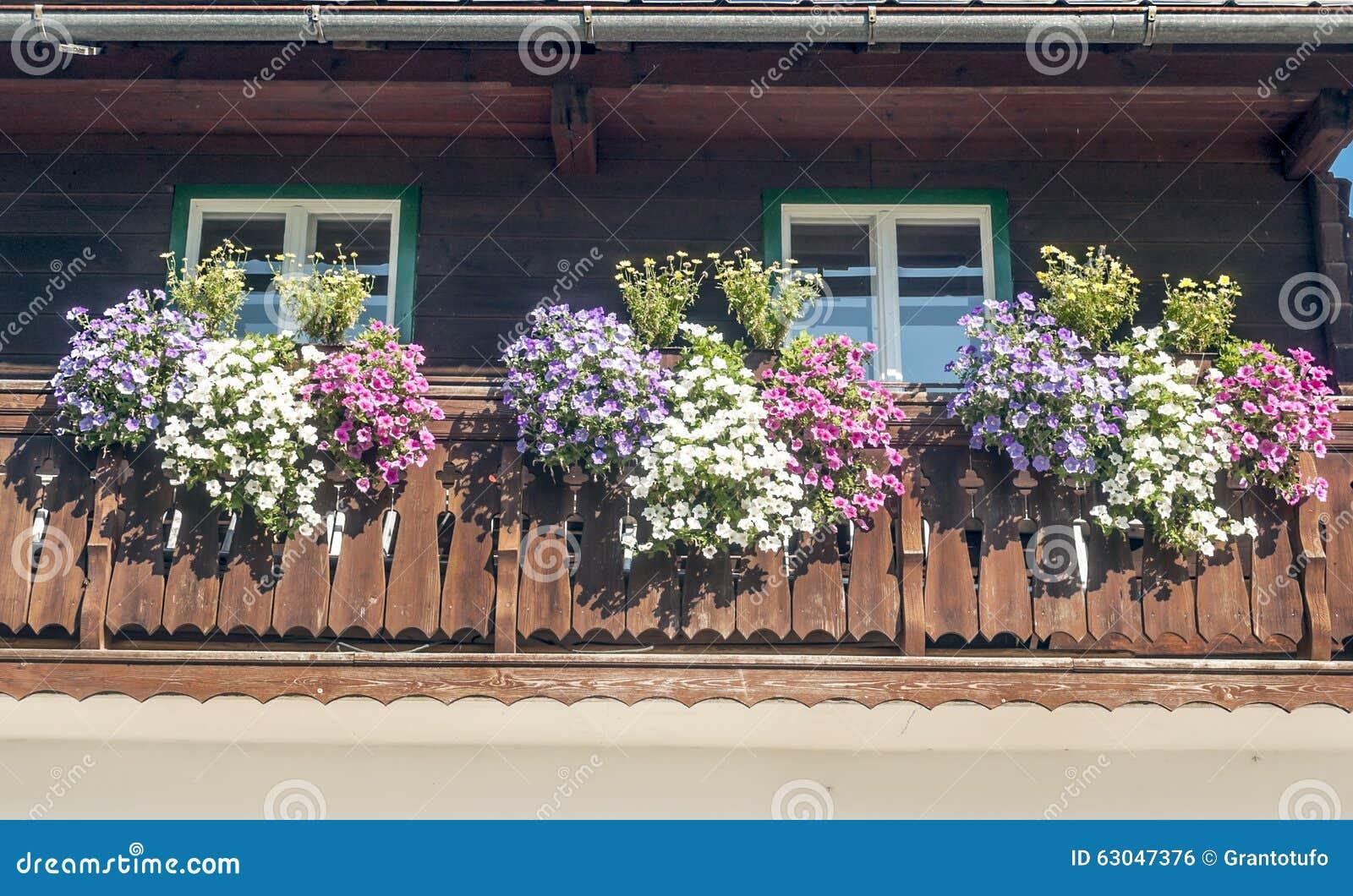 Balkon Met Bloemen Stock Foto - Afbeelding: 63047376