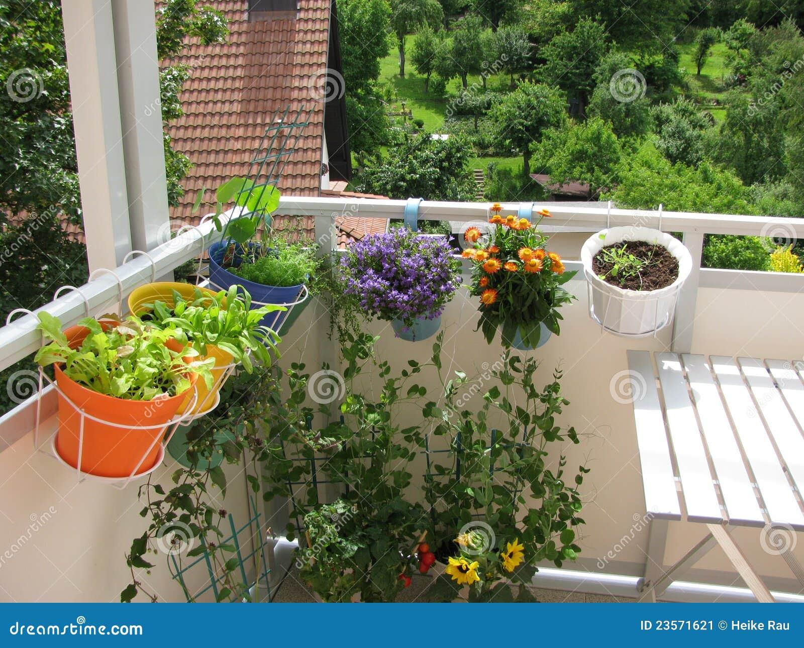 balkon mit blumen und gem se stockbild bild 23571621. Black Bedroom Furniture Sets. Home Design Ideas