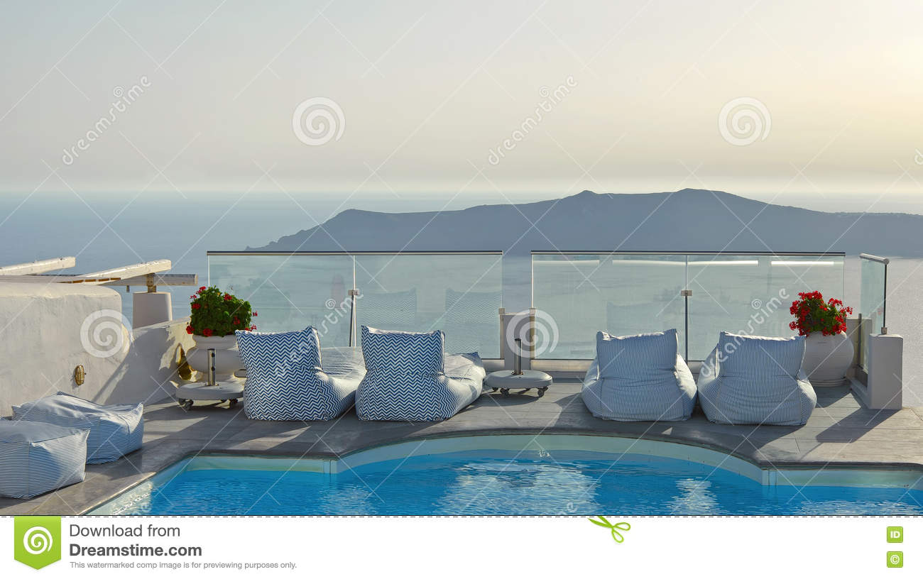 balkon mit pool in imerovigli santorini griechenland mit kesselseeansicht stockfoto bild. Black Bedroom Furniture Sets. Home Design Ideas