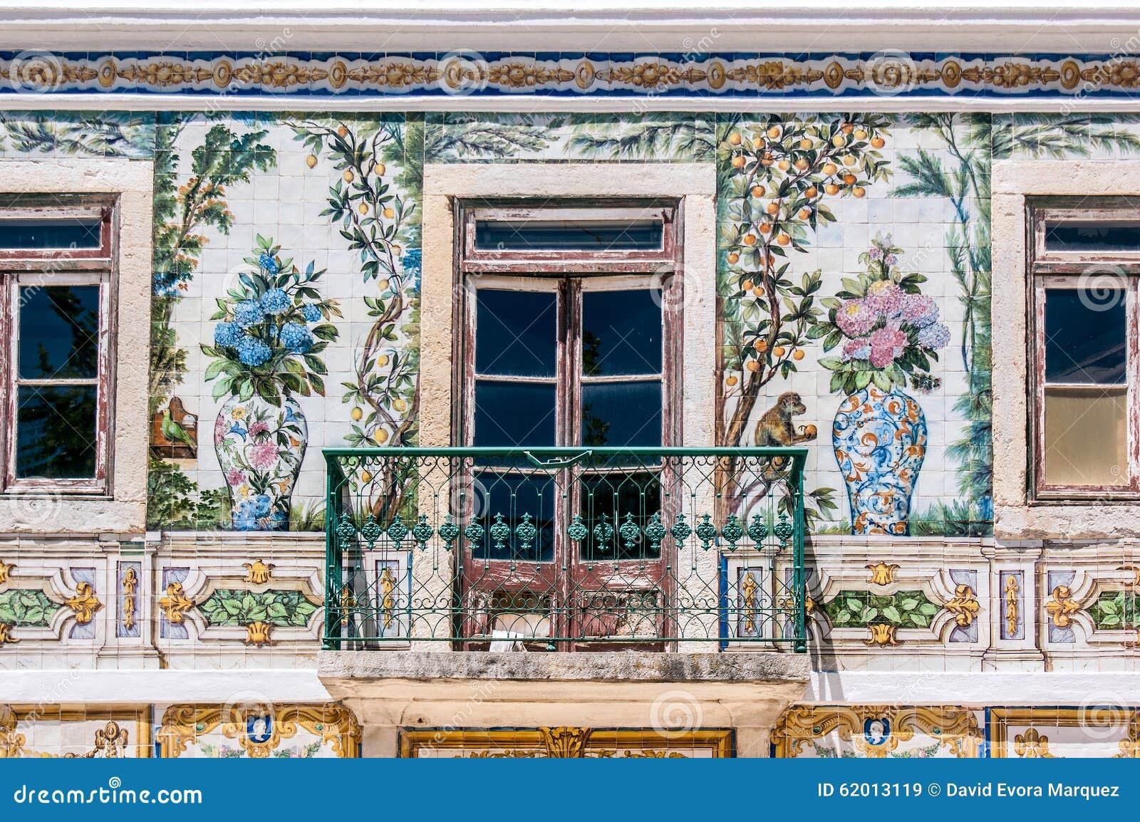 balkon van een huis met typisch van portugal wordt betegeld dat stock afbeelding afbeelding. Black Bedroom Furniture Sets. Home Design Ideas