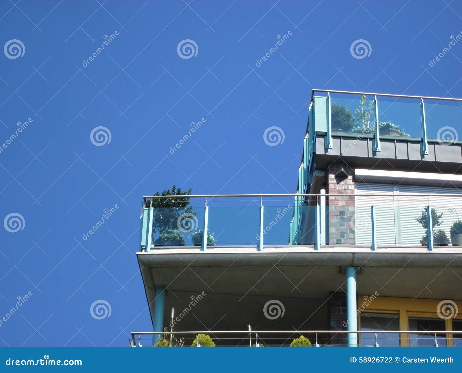 Balkon z szkło przodem i roślinami (niebo)