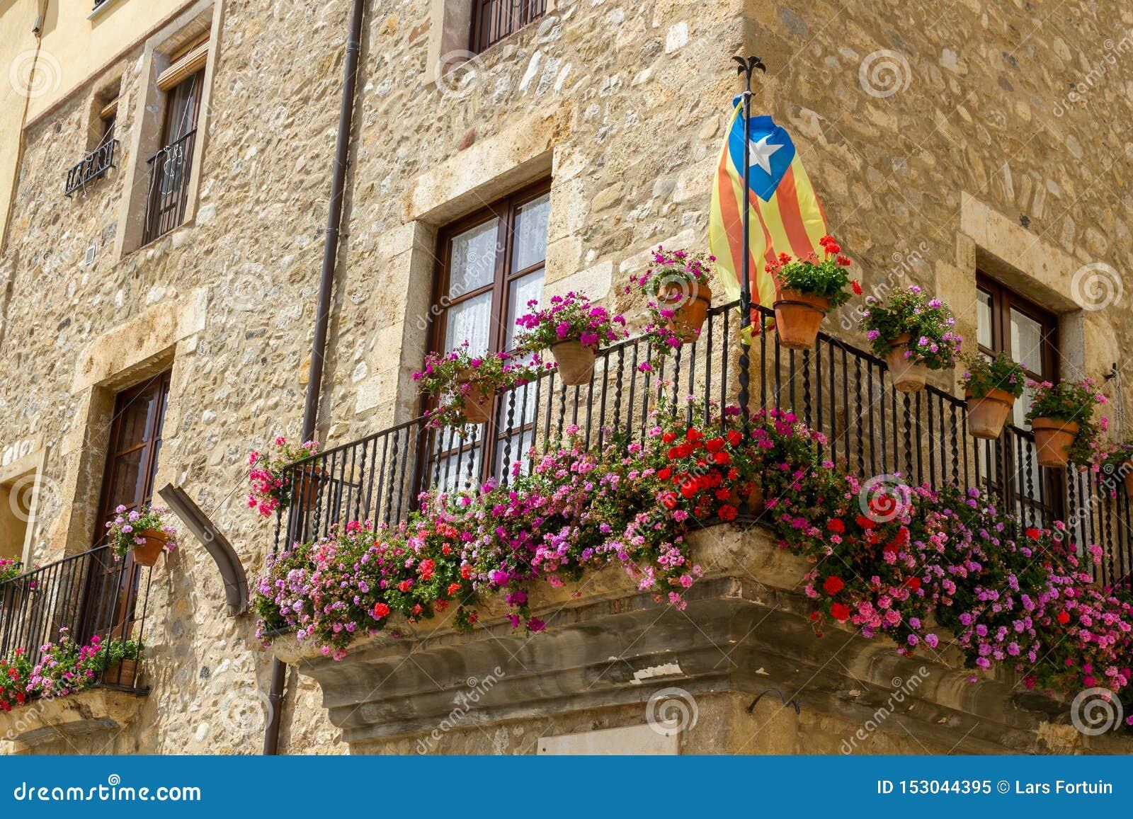 Balkong med blomman och flagga i Besal