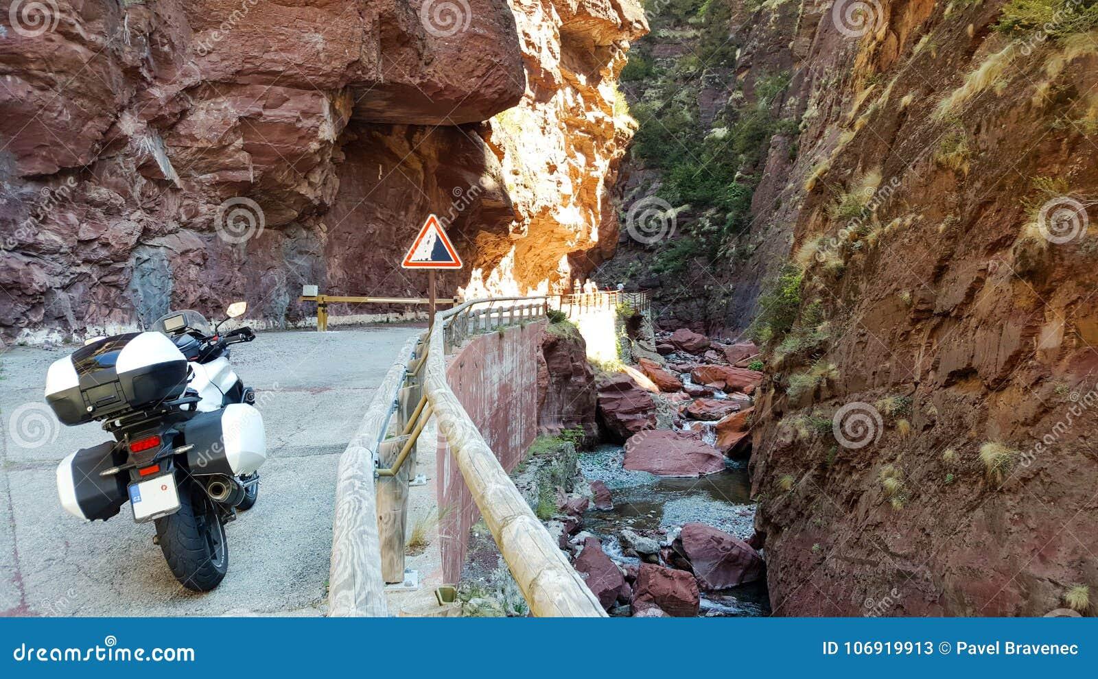 Balkonowa droga wśrodku gór w lecie