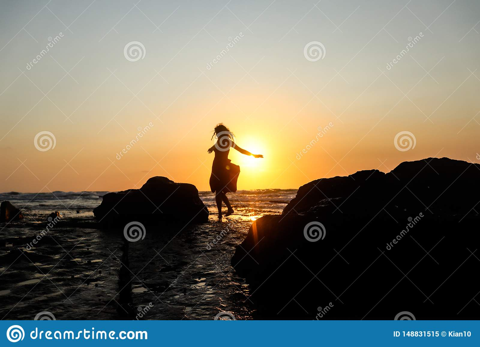 Ballando su una spiaggia al tramonto