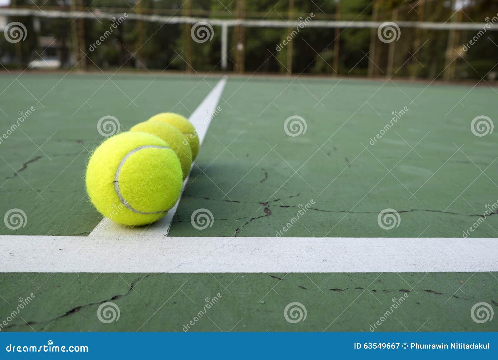 124a961742d9b Balle De Tennis Sur La Cour Verte Image stock - Image du blanc ...