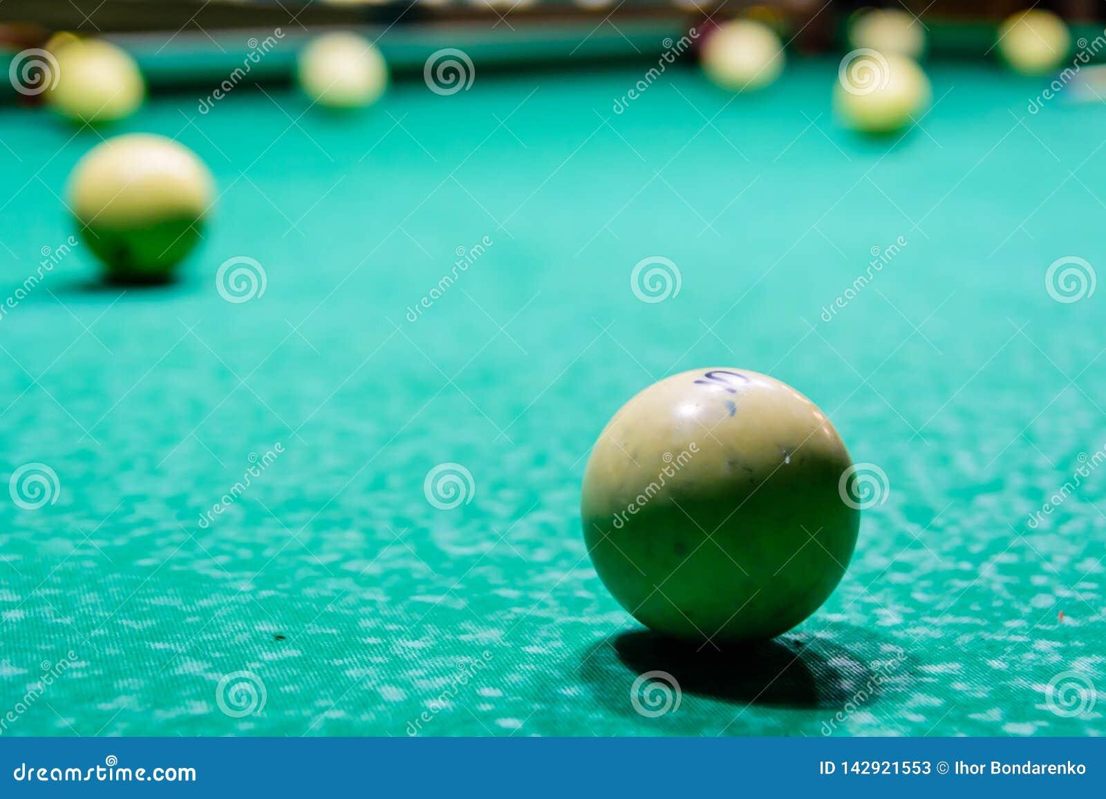 Ballen op de groene doek Russisch biljart