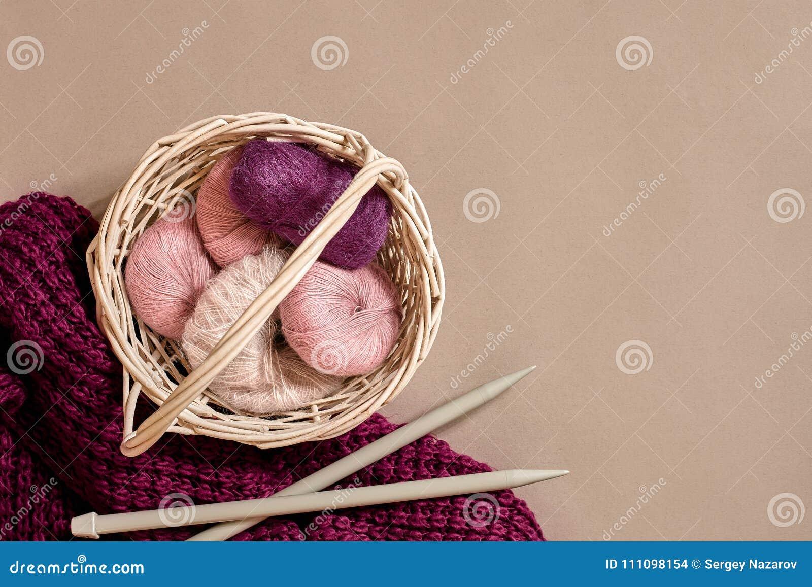 Ballen van garens en breinaalden Skandinavische stijl Draden voor het breien in een mand