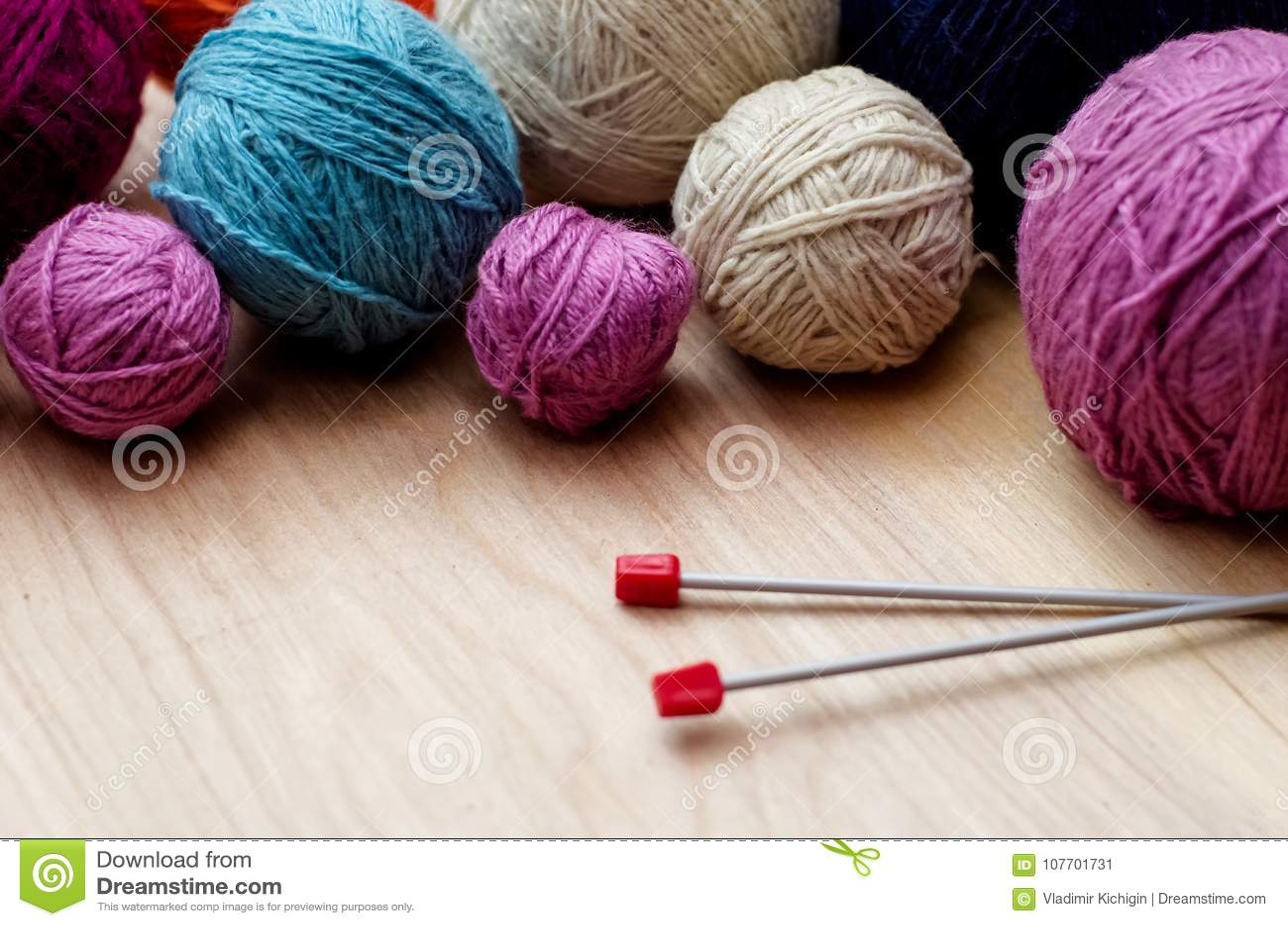 Download Ballen Van Wollen Garen Voor Het Breien Op De Lijst Warme Gekke Kleren Stock Afbeelding - Afbeelding bestaande uit hobby, handwork: 107701731