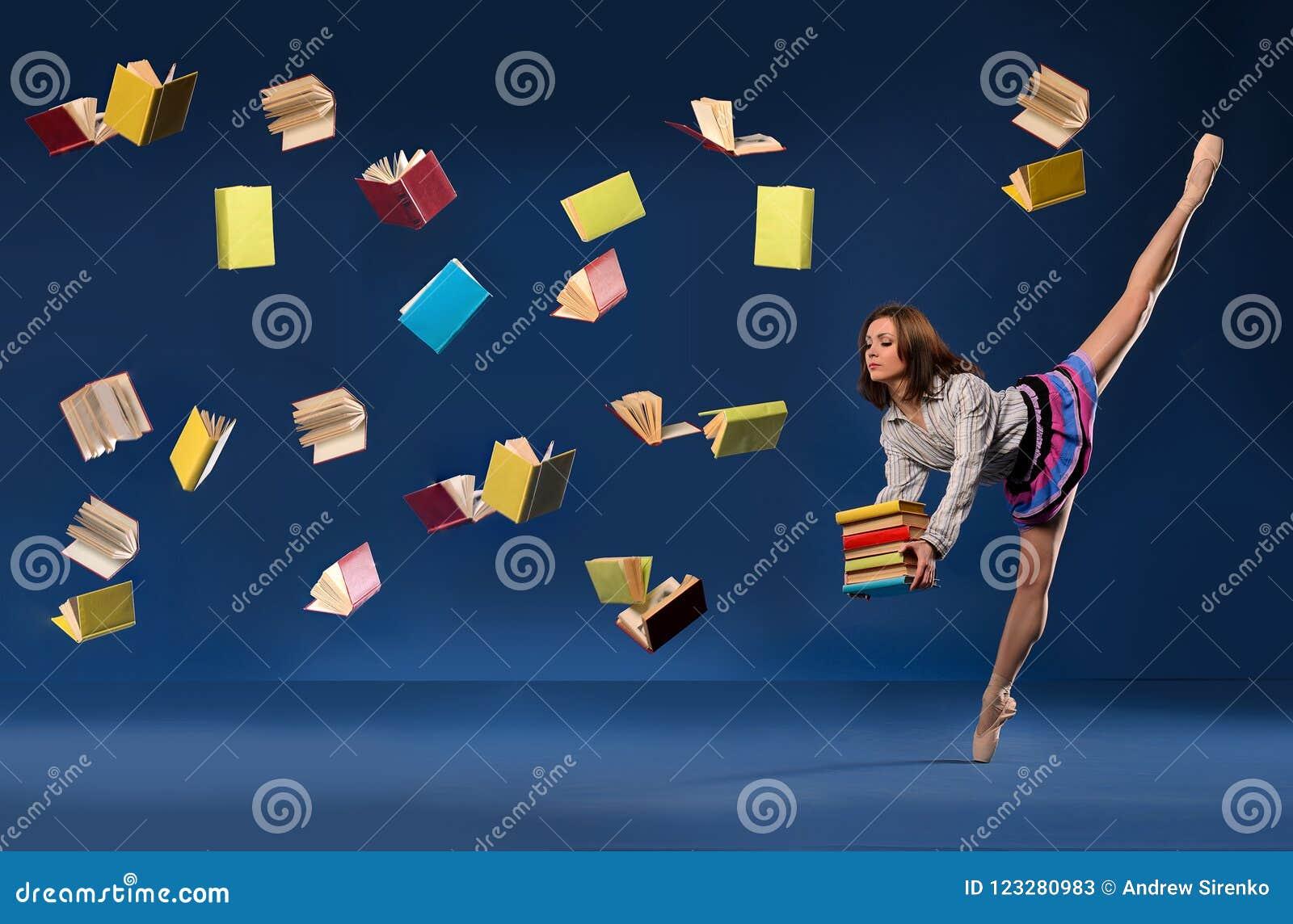 Ballerina με μορφή μαθήτριας με τα βιβλία σωρών