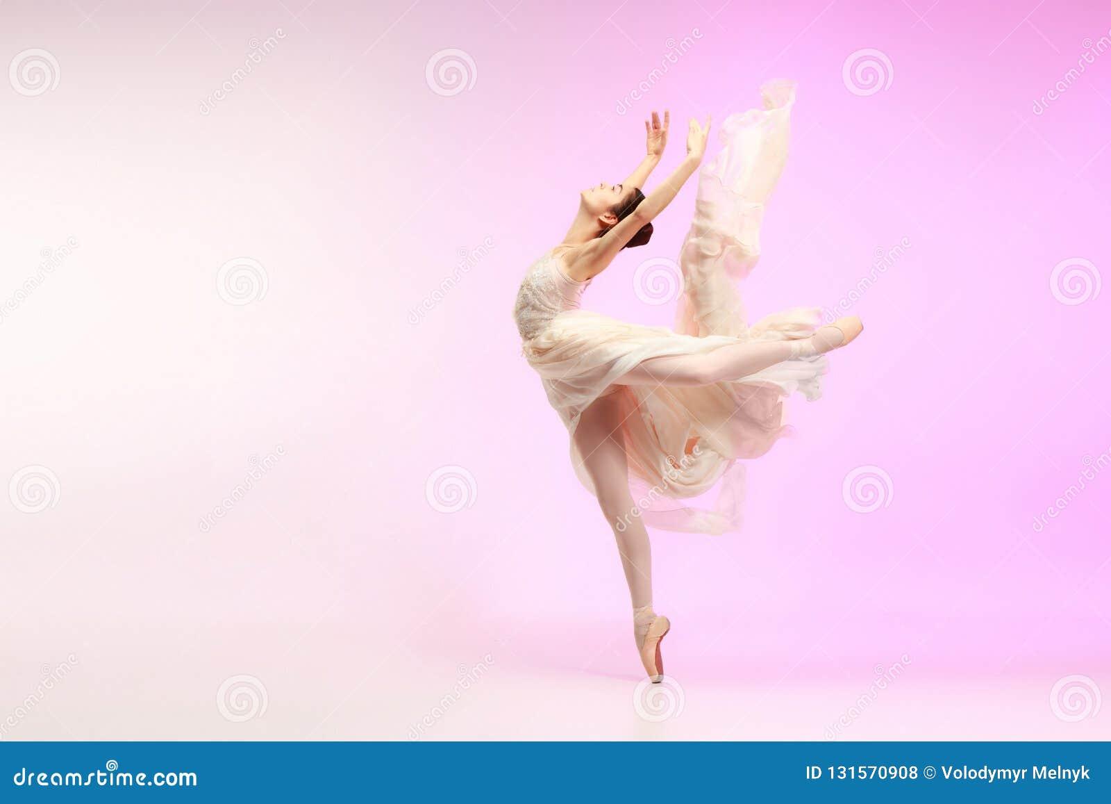 Ballerina Νέος χαριτωμένος θηλυκός χορευτής μπαλέτου που χορεύει πέρα από το ρόδινο στούντιο Ομορφιά του κλασικού μπαλέτου