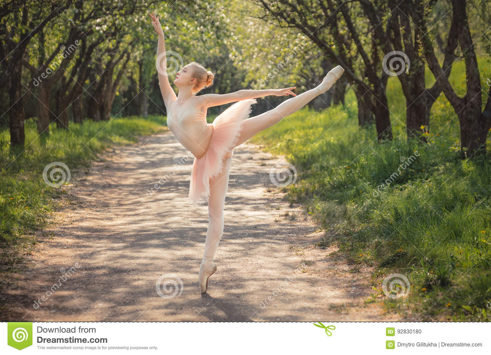 Ballerina che balla all aperto nel paesaggio verde della foresta al tramonto