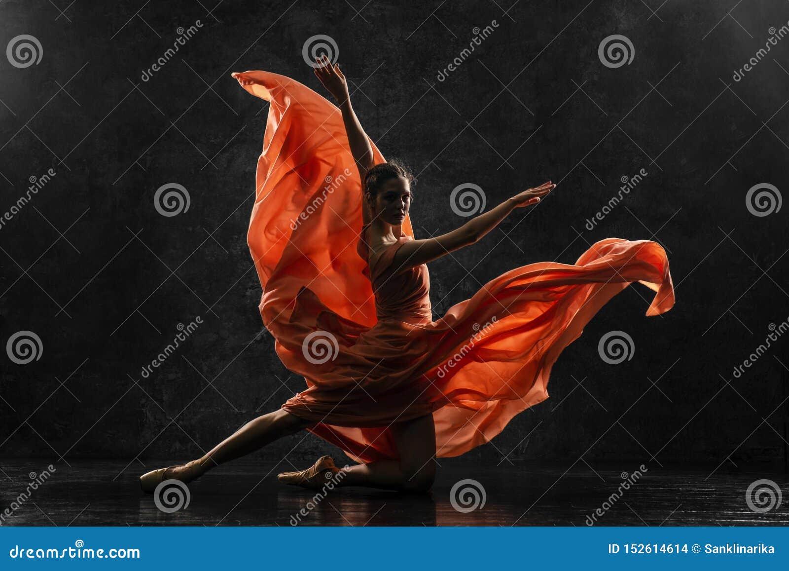 Ballerina demonstriert Tanzfähigkeiten Schönes klassisches Ballett Schattenbildfoto eines jungen Balletttänzers