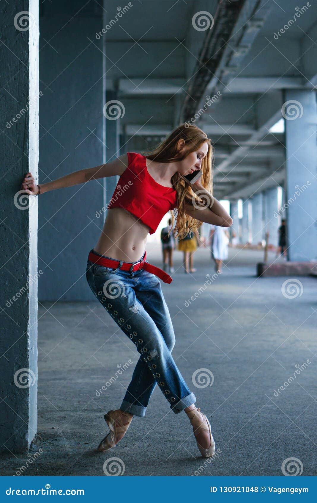 Ballerina die met een celtelefoon dansen Straatprestaties