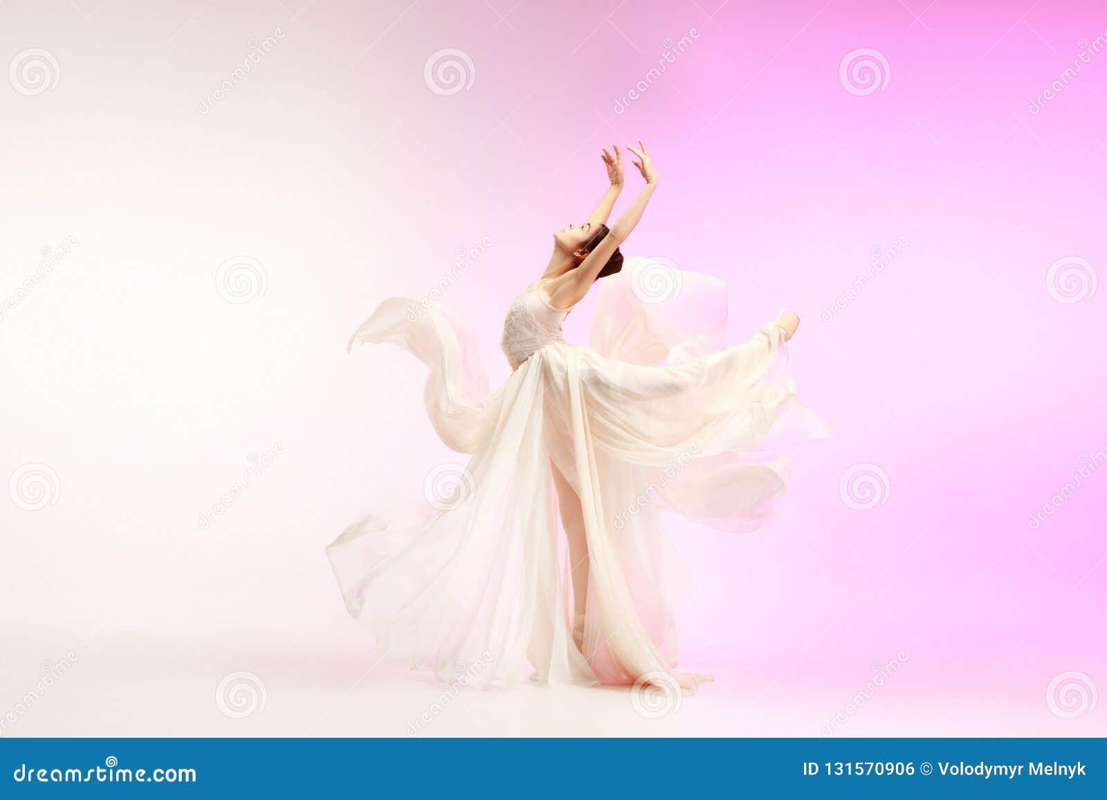 Ballerina Junges würdevolles weibliches Balletttänzertanzen über rosa Studio Schönheit des klassischen Balletts