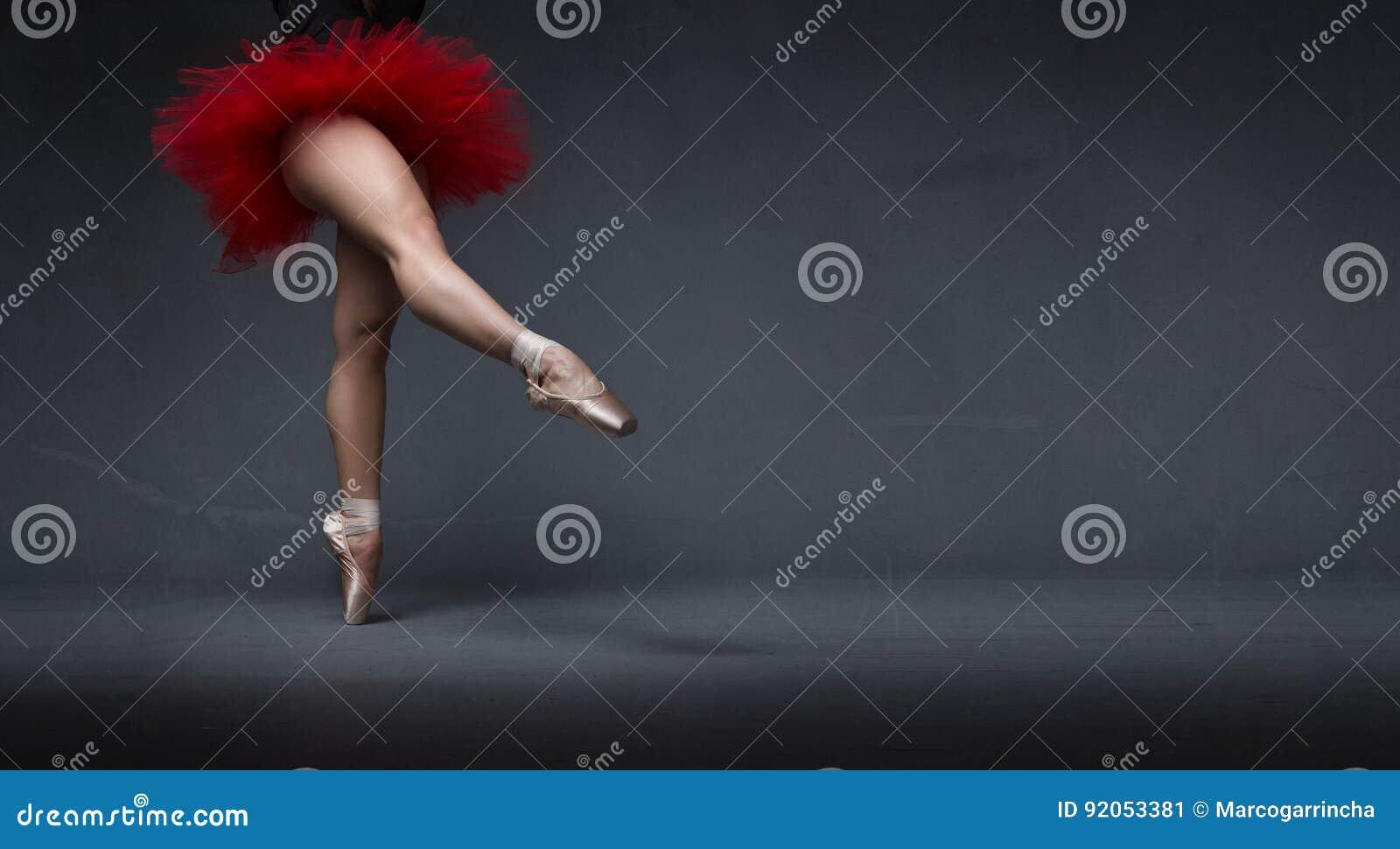Ballerina met tutu met voet wordt vermeld die