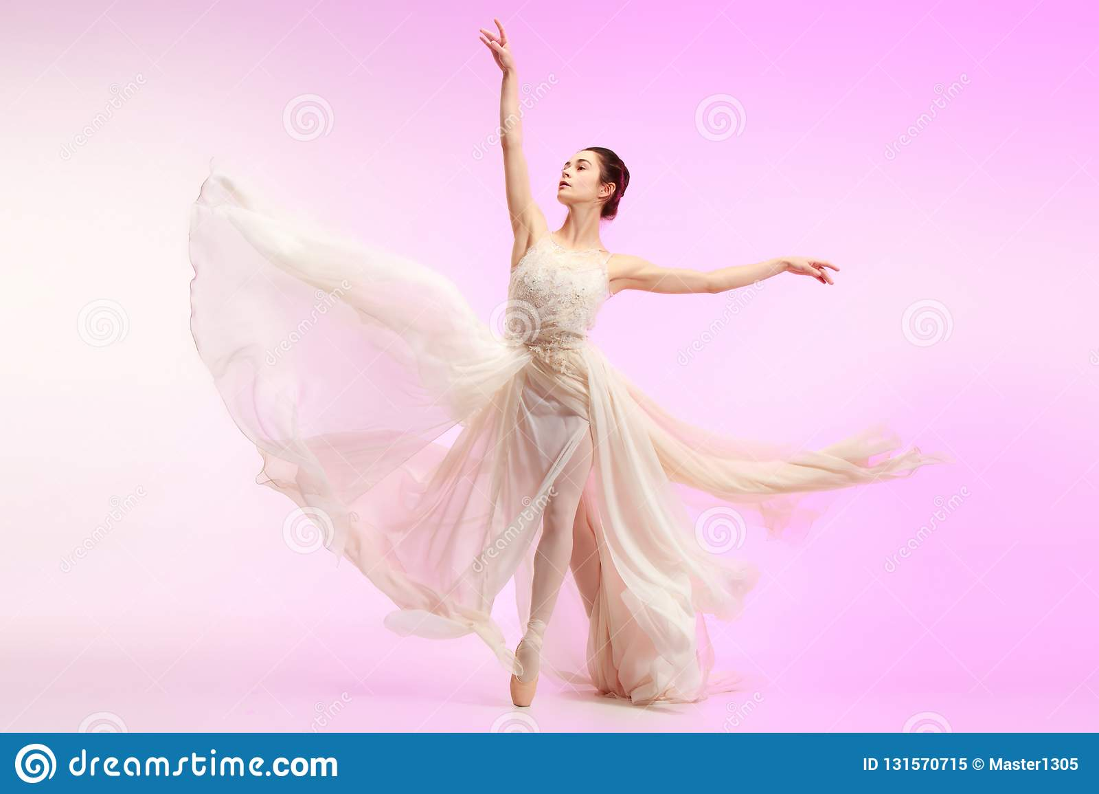 Ballerina Ung behagfull kvinnlig balettdansördans över rosa studio Skönhet av klassisk balett