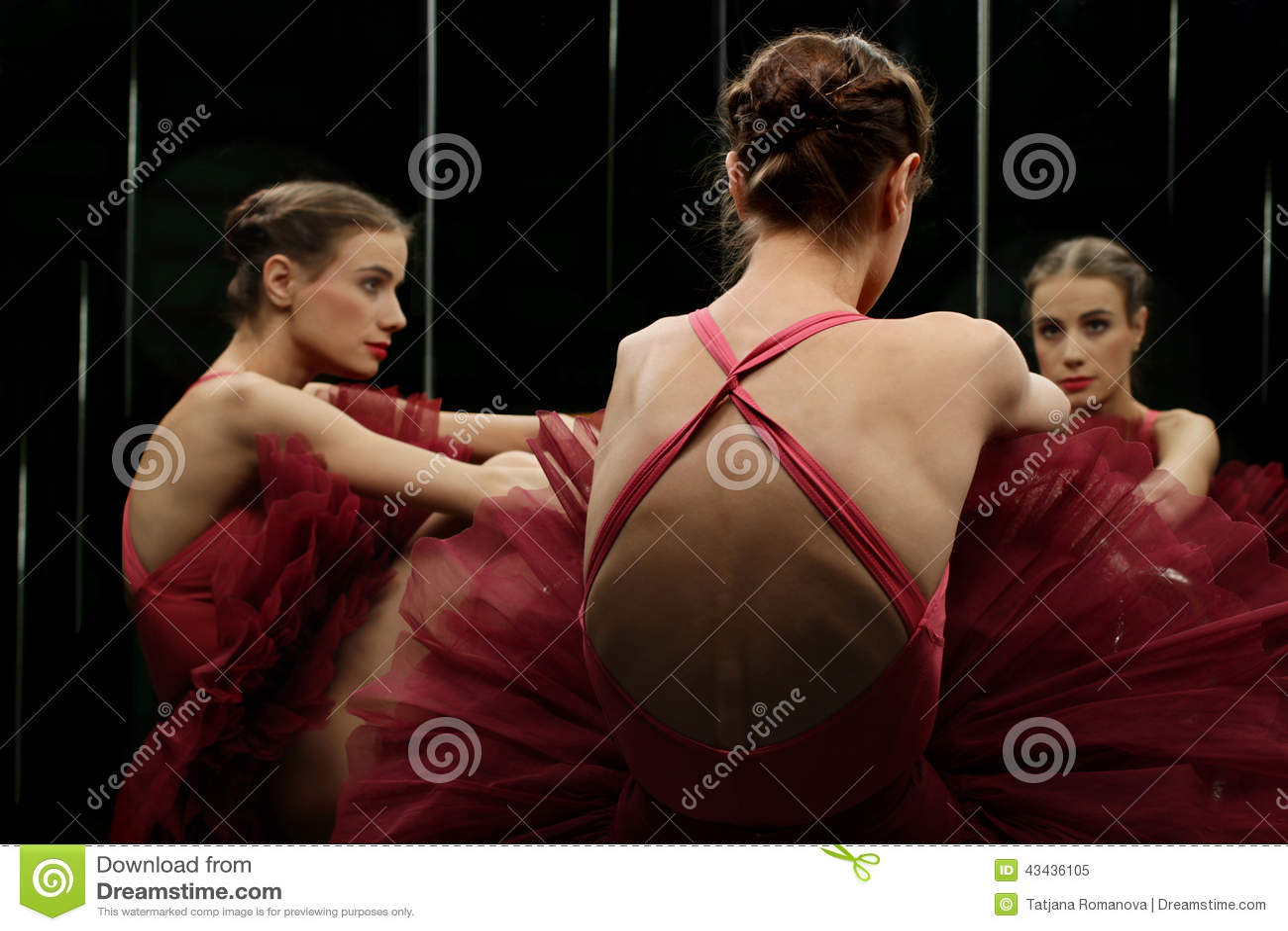 Ballerinadanser die de spiegel bekijken