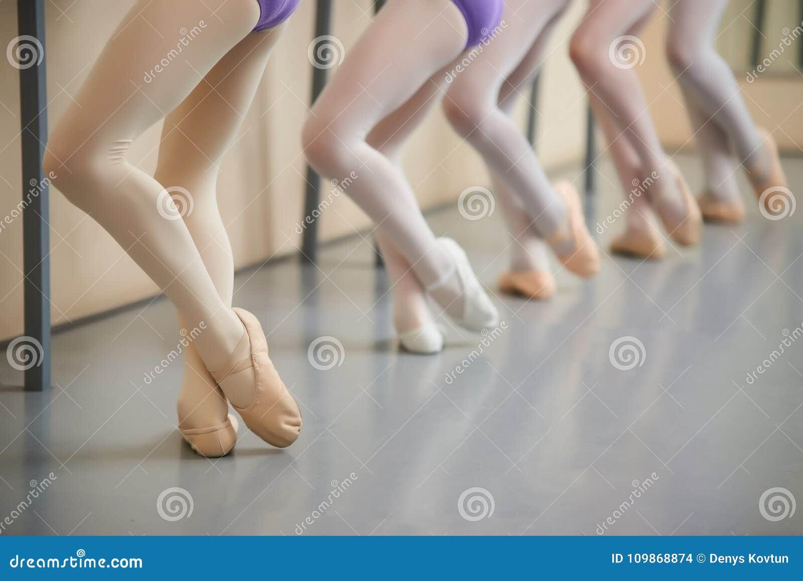 Ballerinautbildning på korridoren, kantjusterad bild