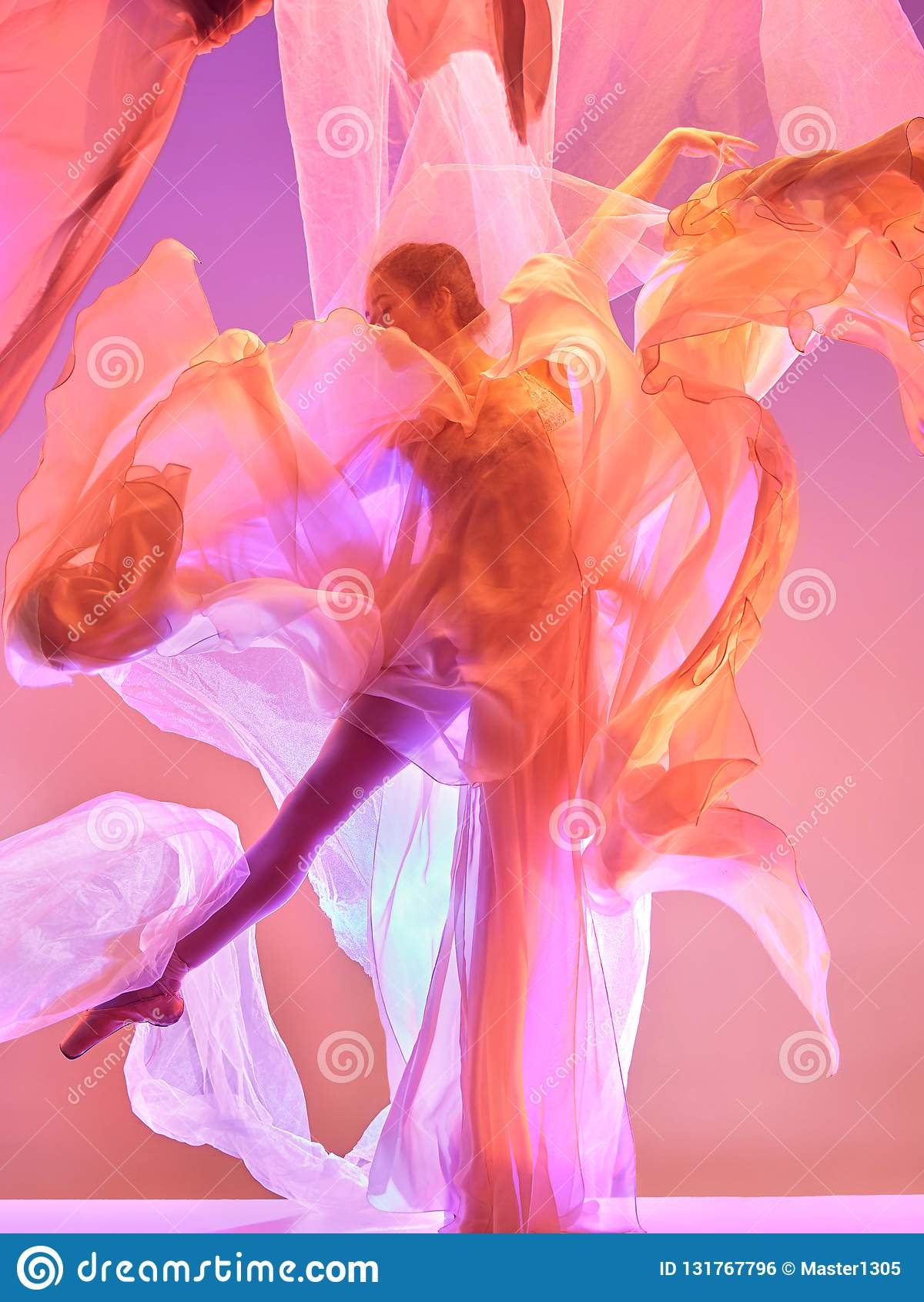 Ballerine Jeune danse femelle gracieuse de danseur classique au-dessus de studio rose Beauté de ballet classique