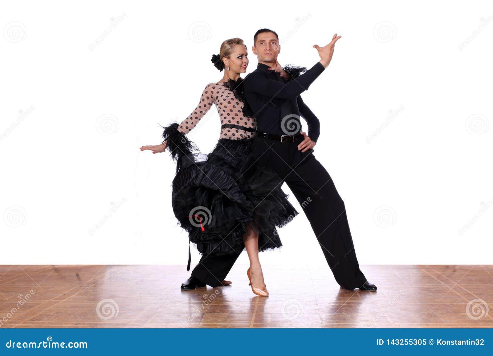 Ballerini del latino in sala da ballo contro fondo bianco