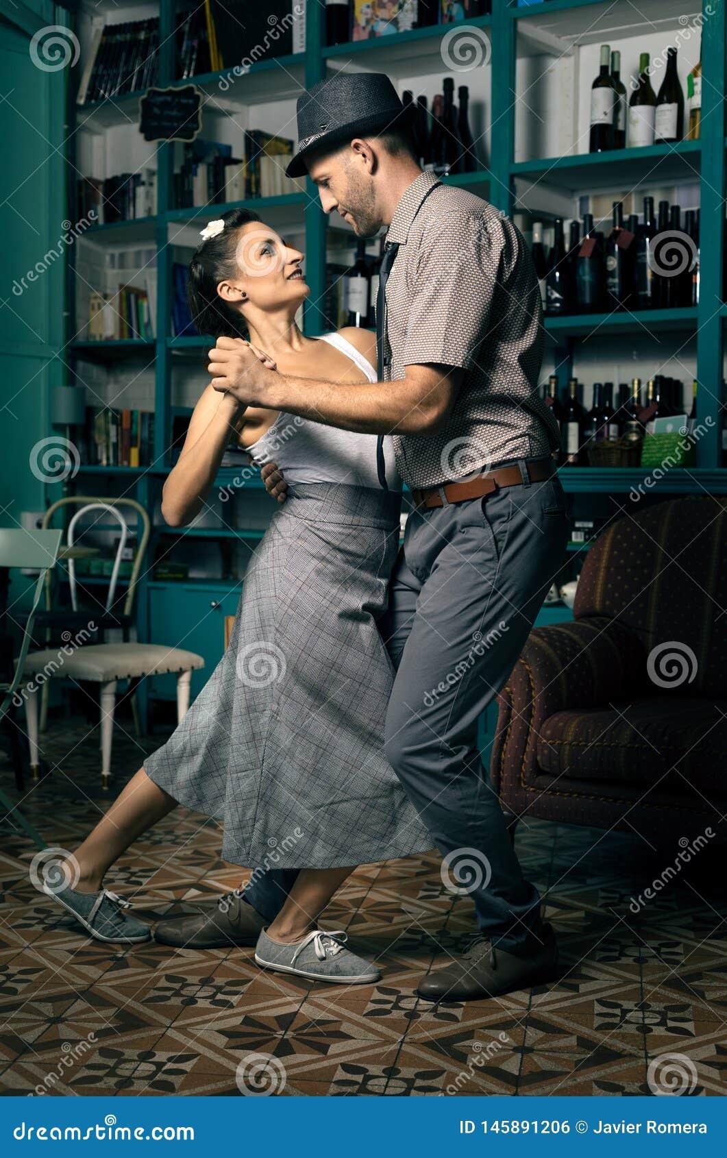 Ballerini dell oscillazione in una stanza d annata del caffè