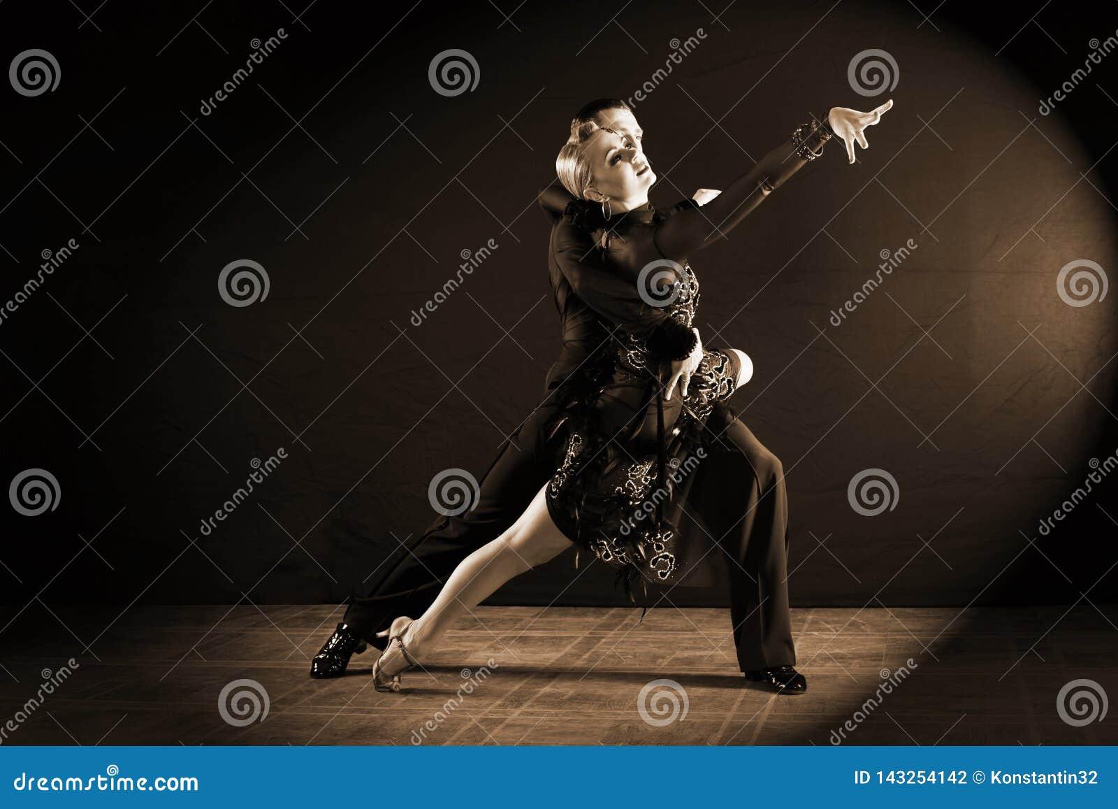 Ballerini in sala da ballo isolata su fondo nero