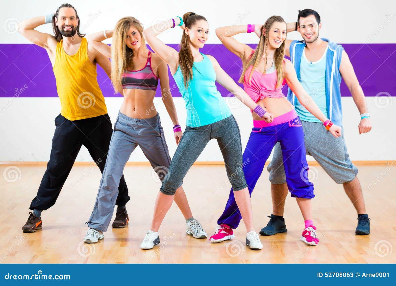 Ballerino ad addestramento di forma fisica di Zumba nello studio di ballo