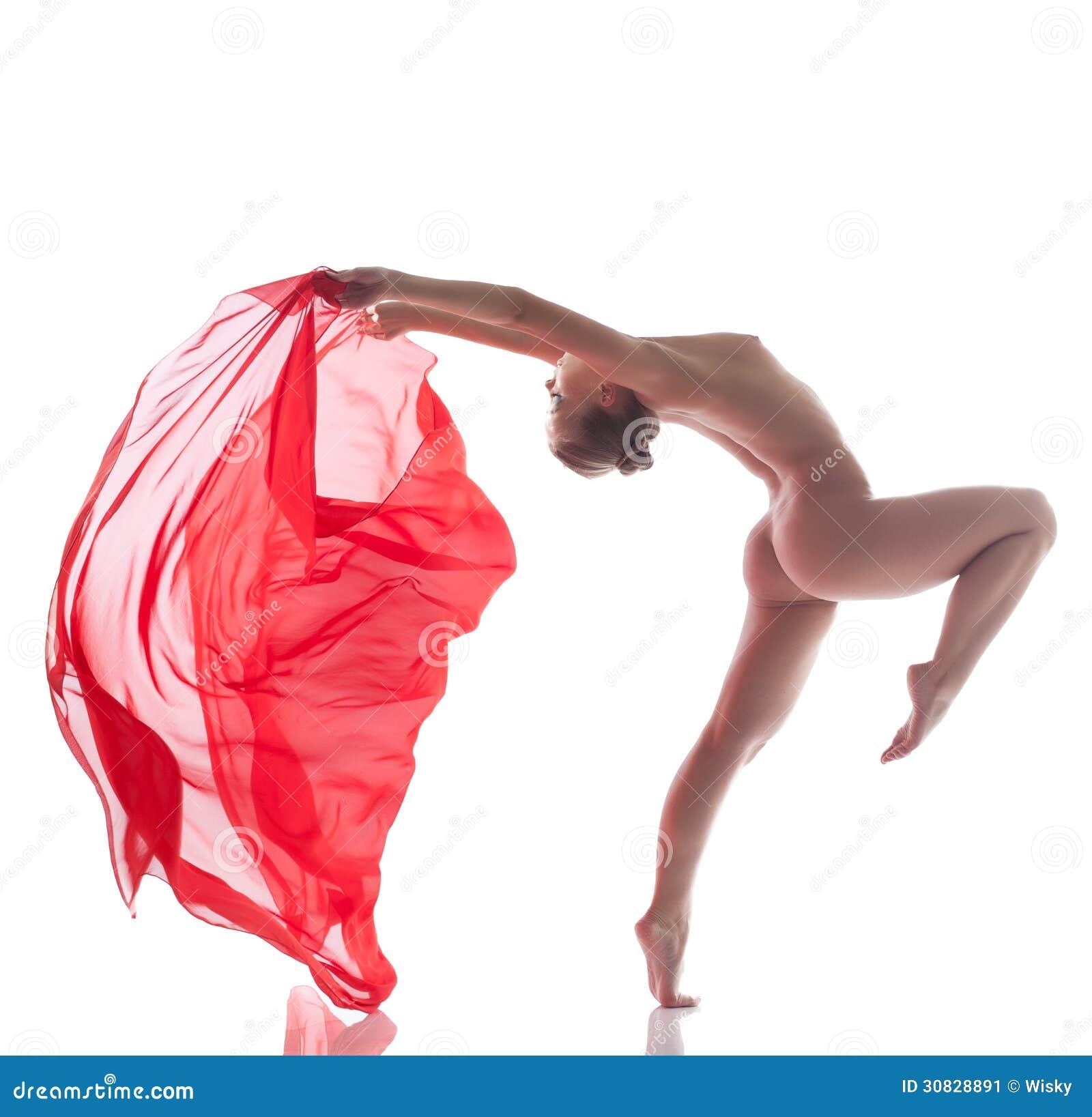 Ballerino appassionato che posa con il panno rosso