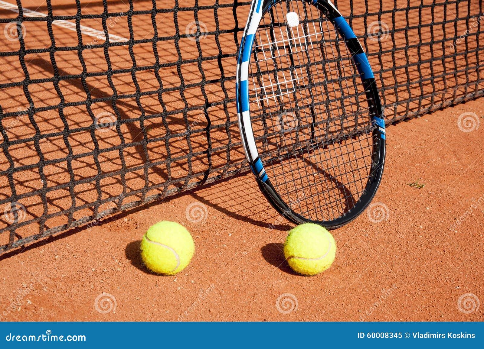 balles de tennis et raquette au filet image stock image. Black Bedroom Furniture Sets. Home Design Ideas