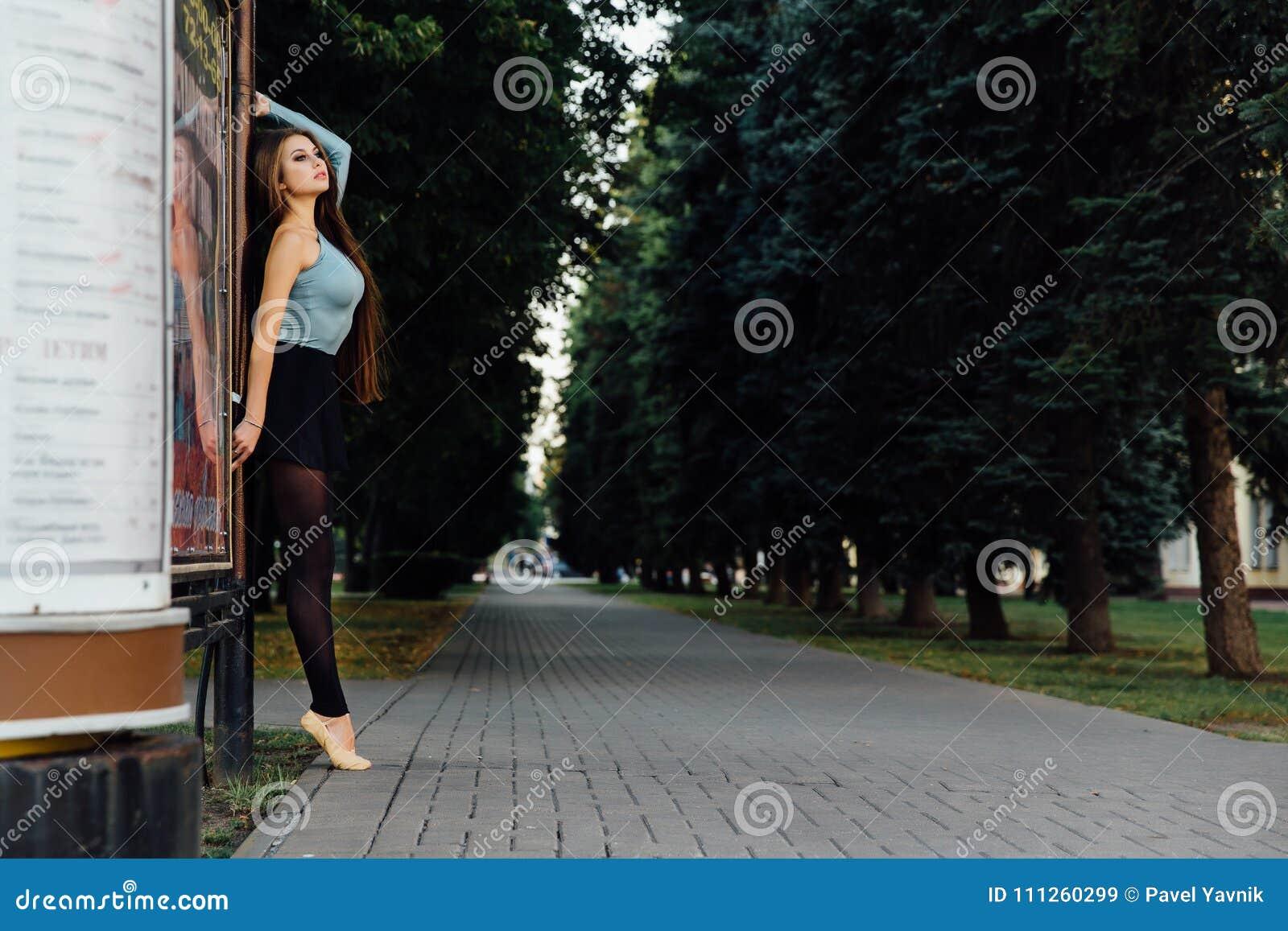 Ballet élégant de danse de femme de danseur classique dans la ville