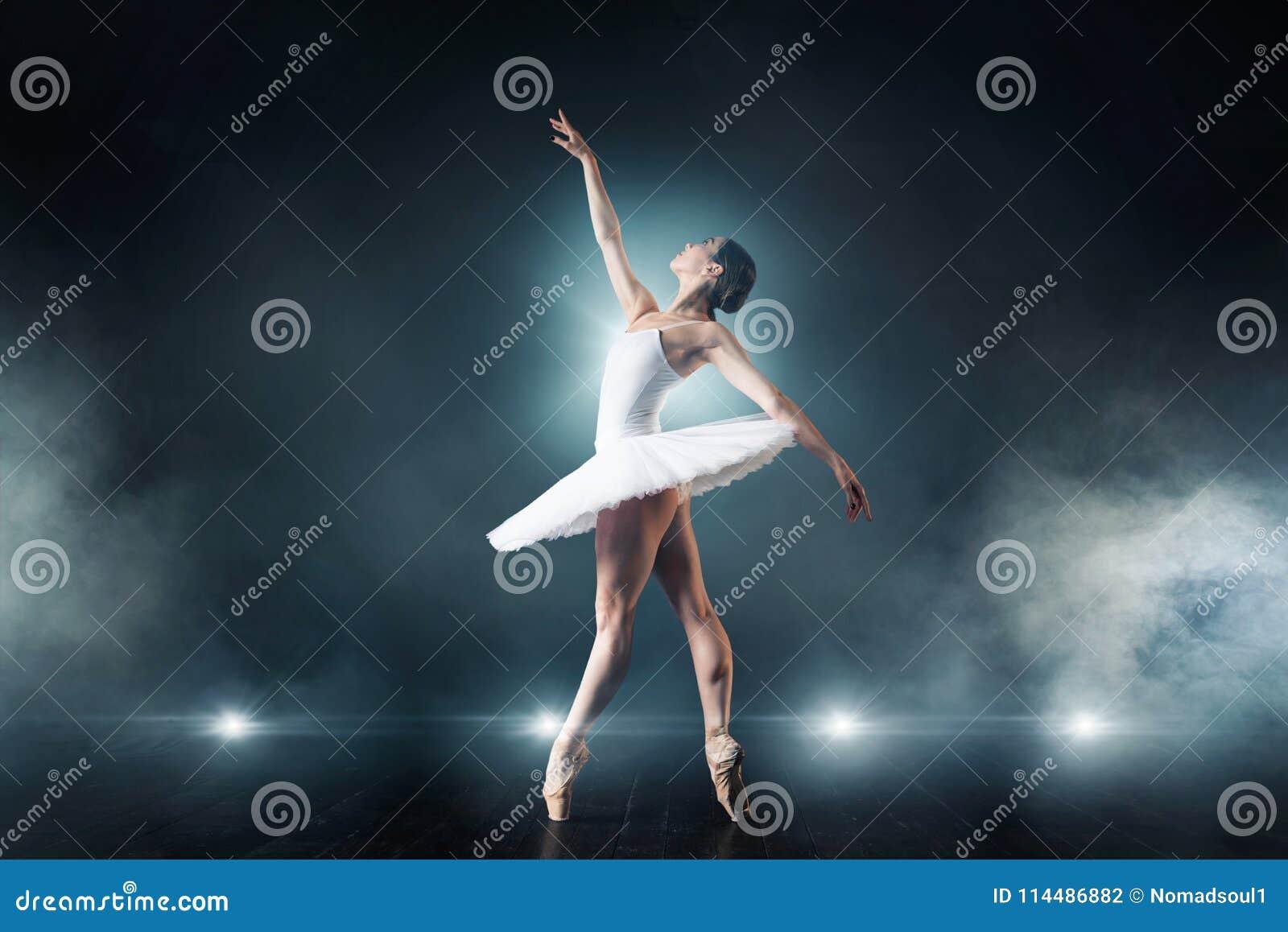 Balletdanser die op het stadium in theater dansen
