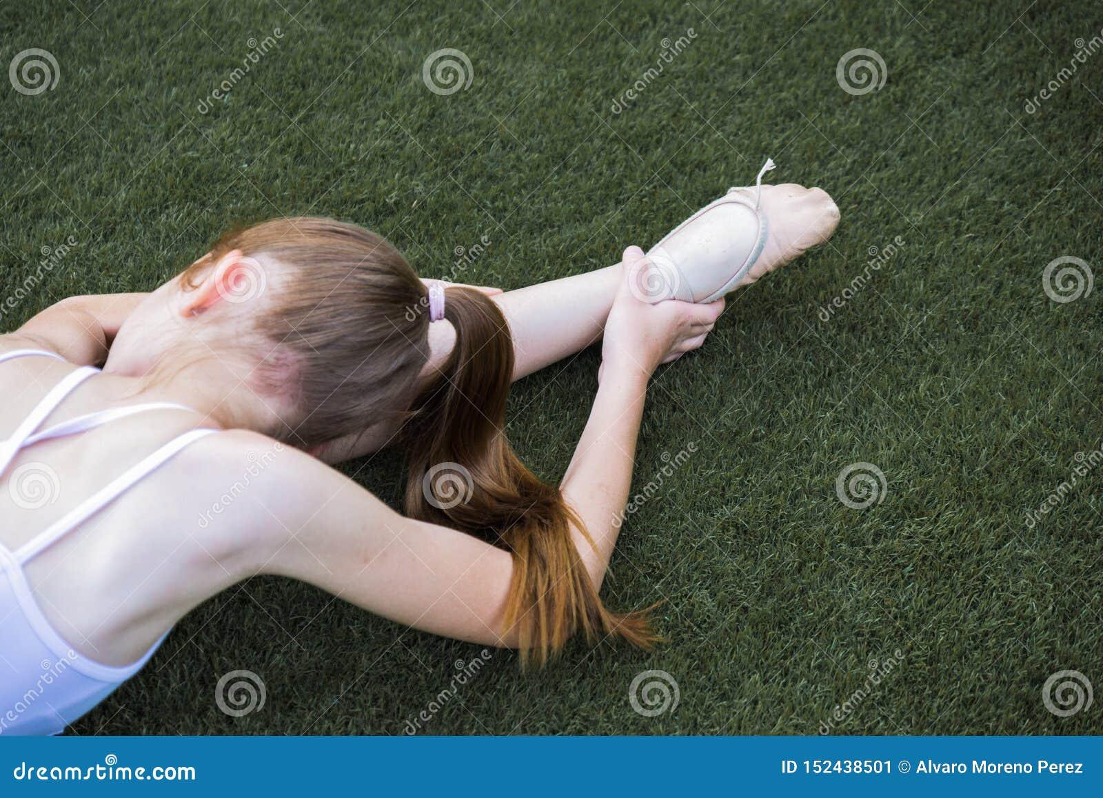 Ballett, das in das Gras ausdehnt