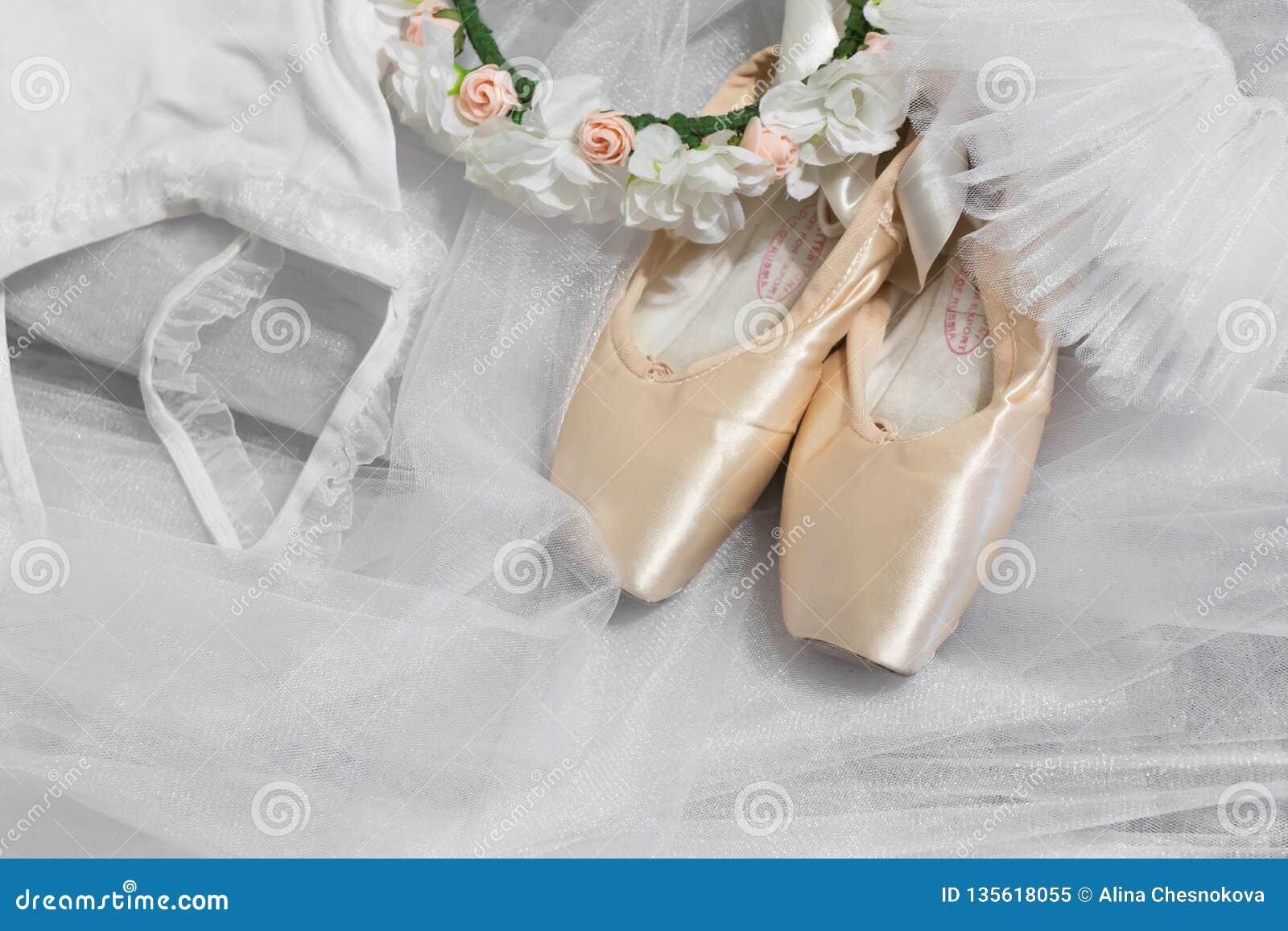 Ballettoebehoren Pointeschoenen, witte ballettutu, een kroon van bloemen