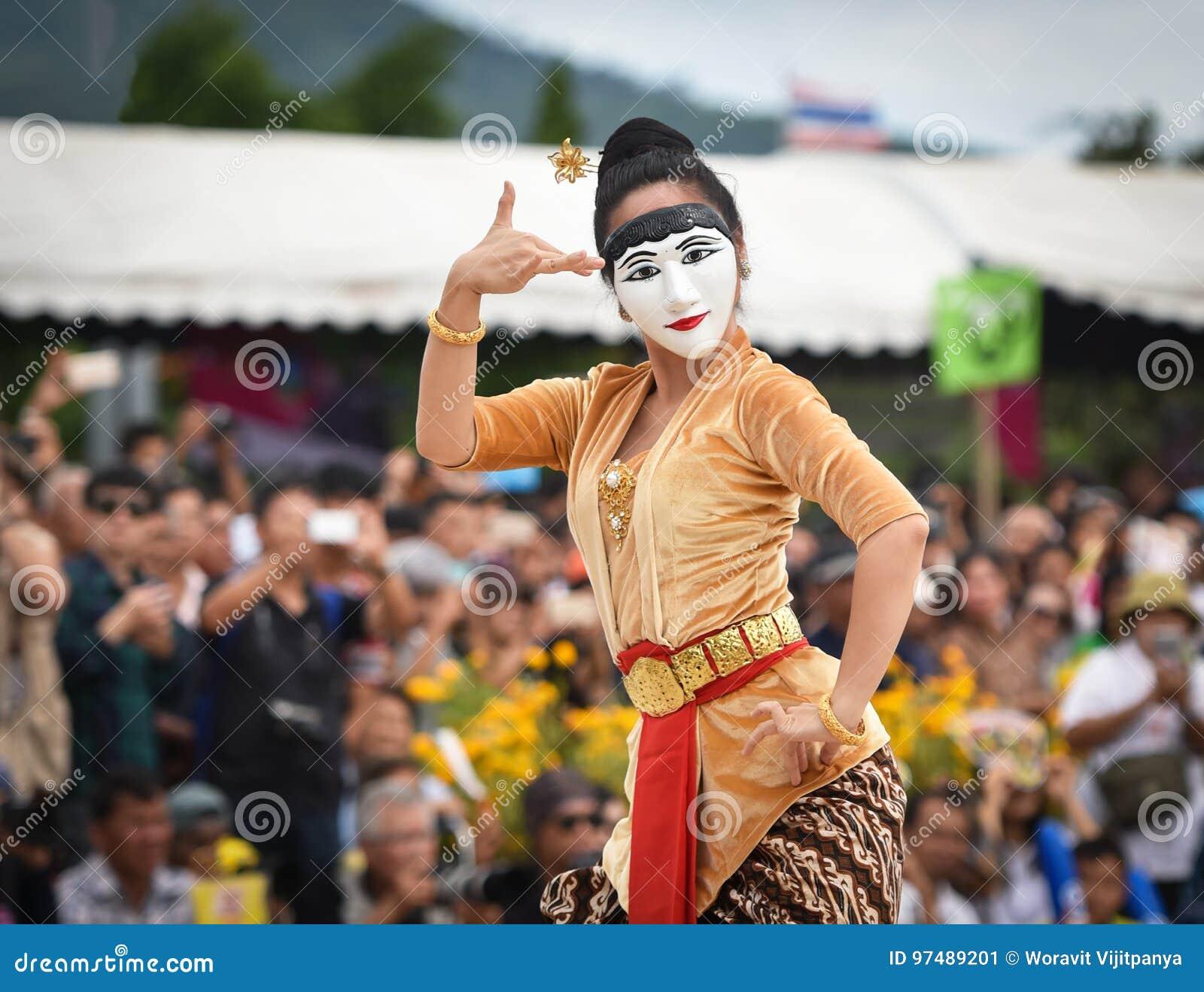 Ballo di manifestazione dell Indonesia della maschera