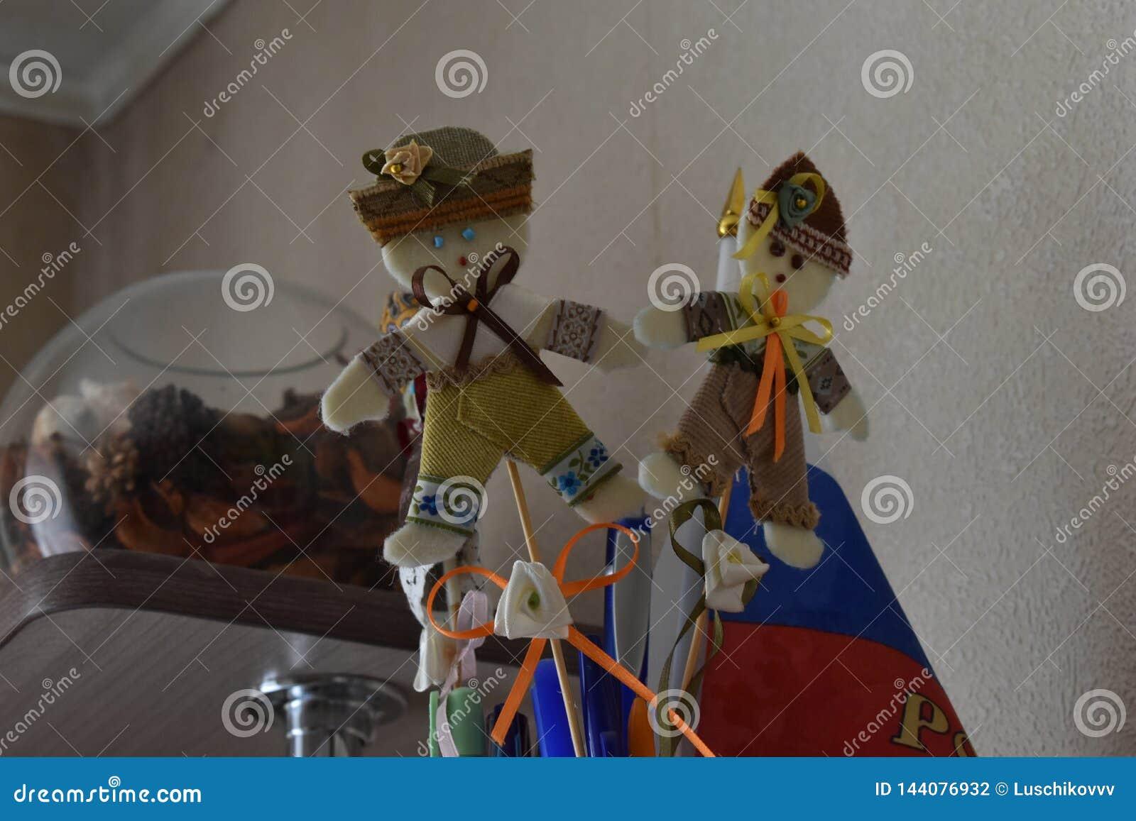 Ballo rotondo - bambola di straccio piega con le sue mani