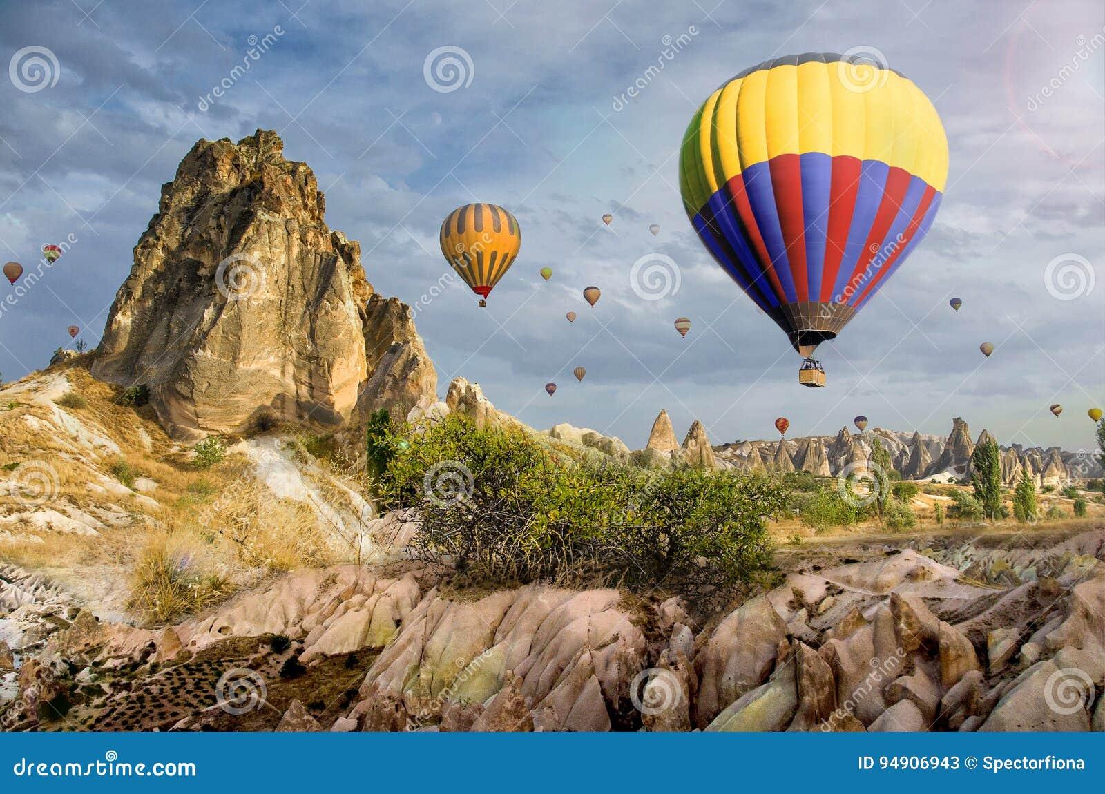 Ballon à air chaud volant au-dessus du paysage de roche chez Cappadocia Turquie