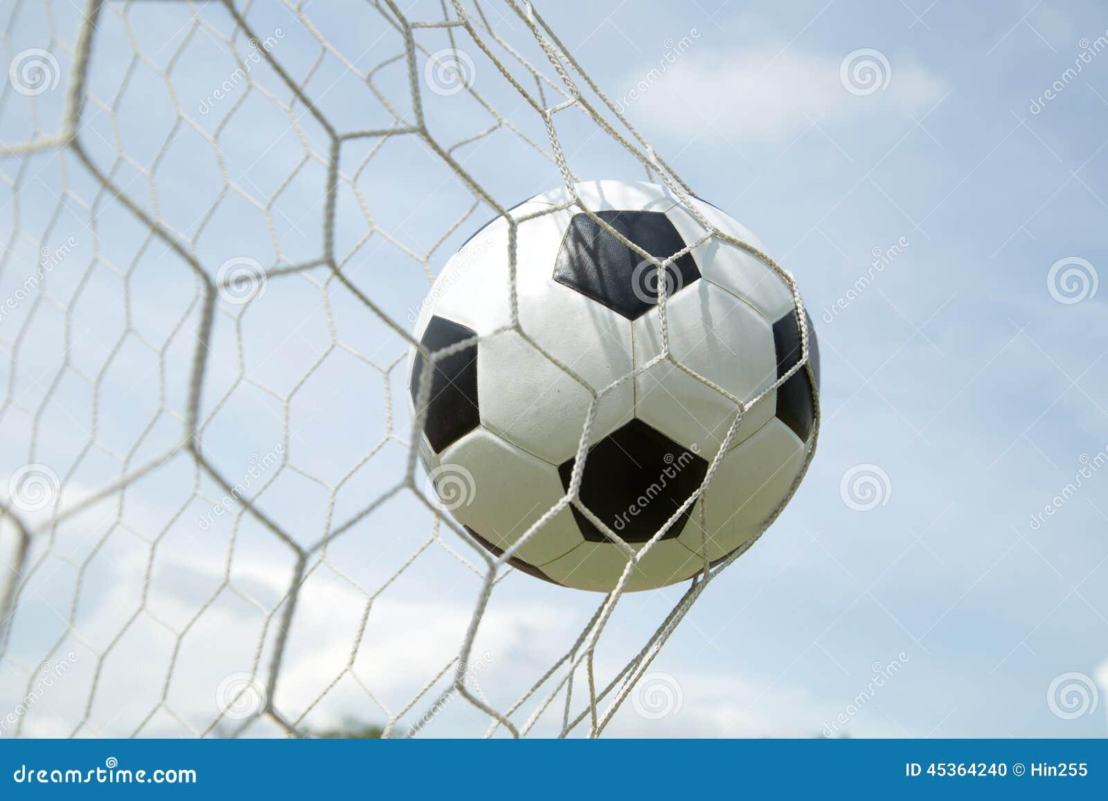 Ballon de football dans le but après shooted
