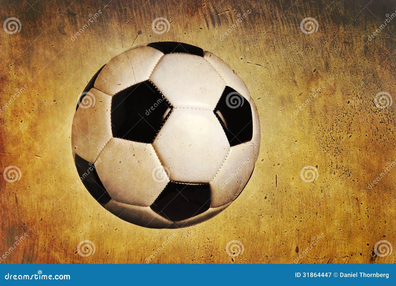 Ballon de football traditionnel sur le fond texturisé de grunge