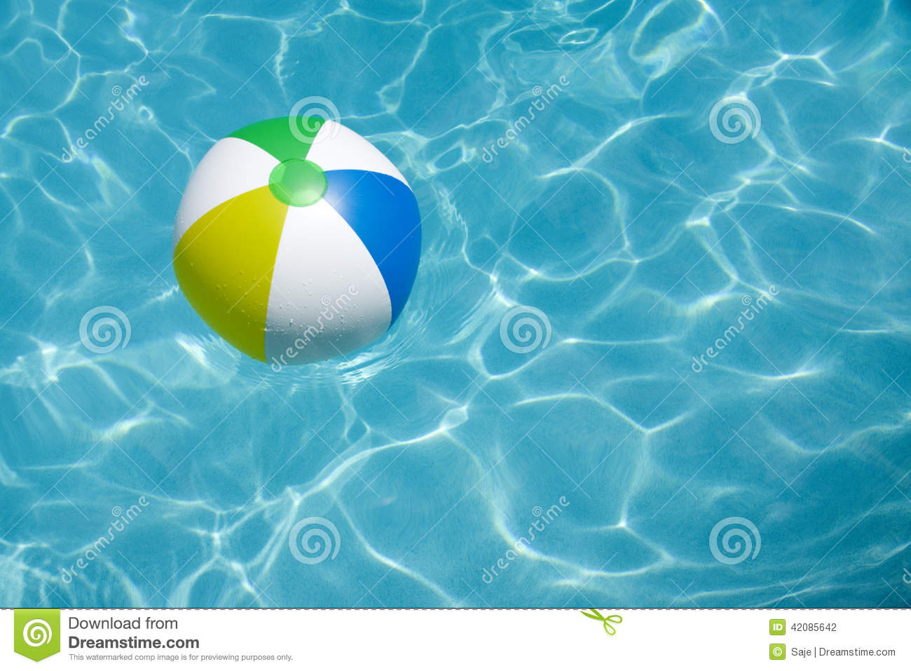 Ballon de plage flottant dans la piscine photo stock for Piscine xs prix