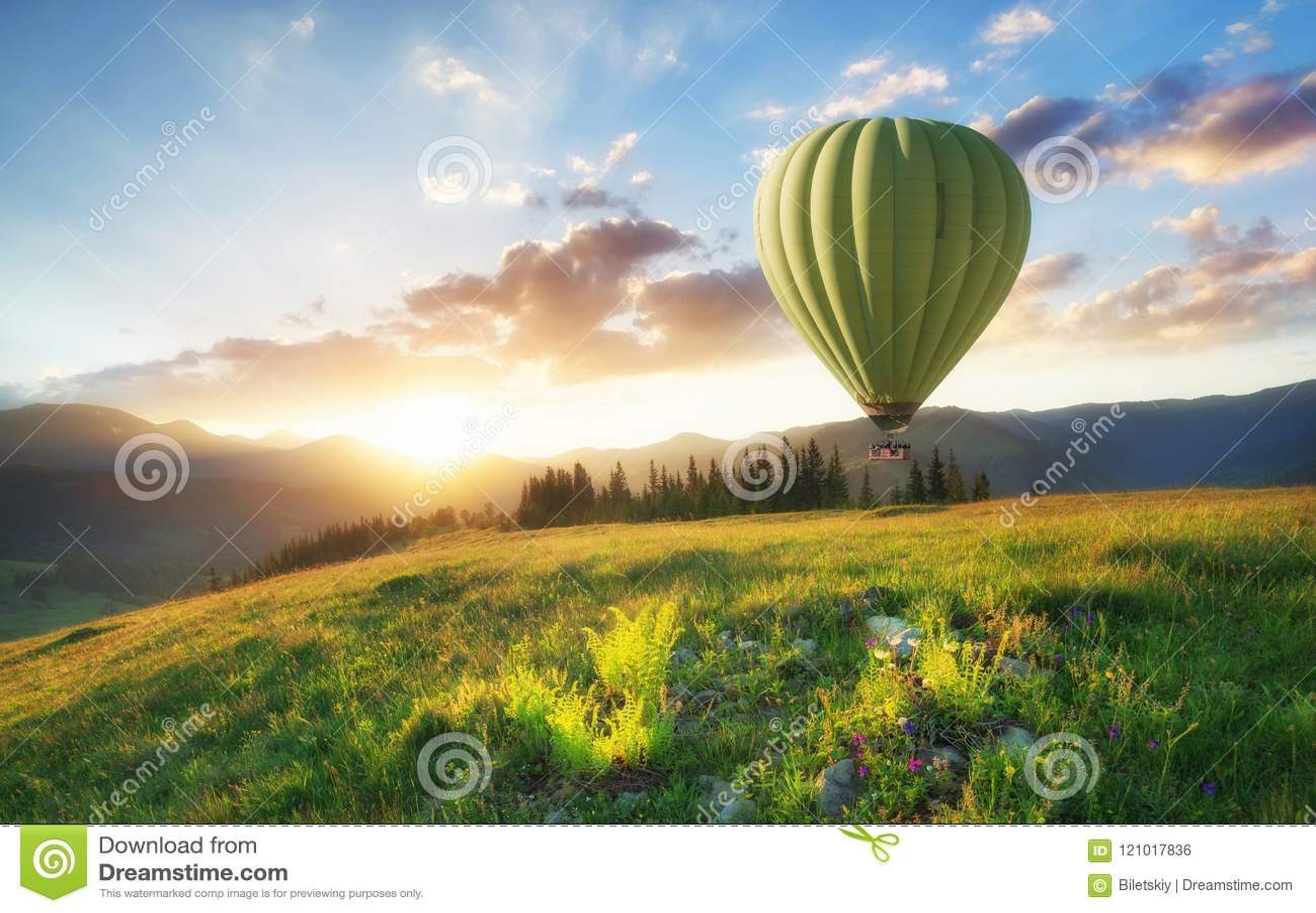 Ballon do ar acima das montanhas nas horas de verão
