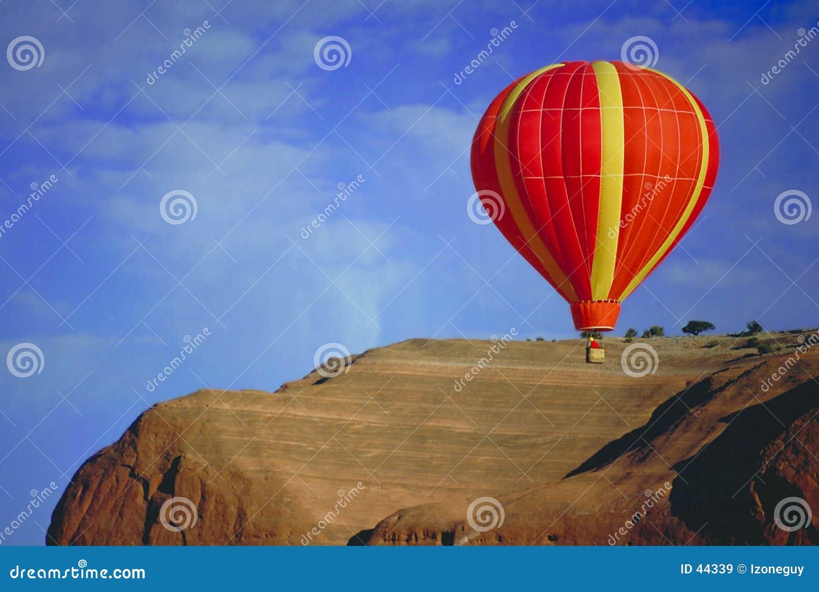 Ballonflugwesen über rotem Felsen, New-Mexiko