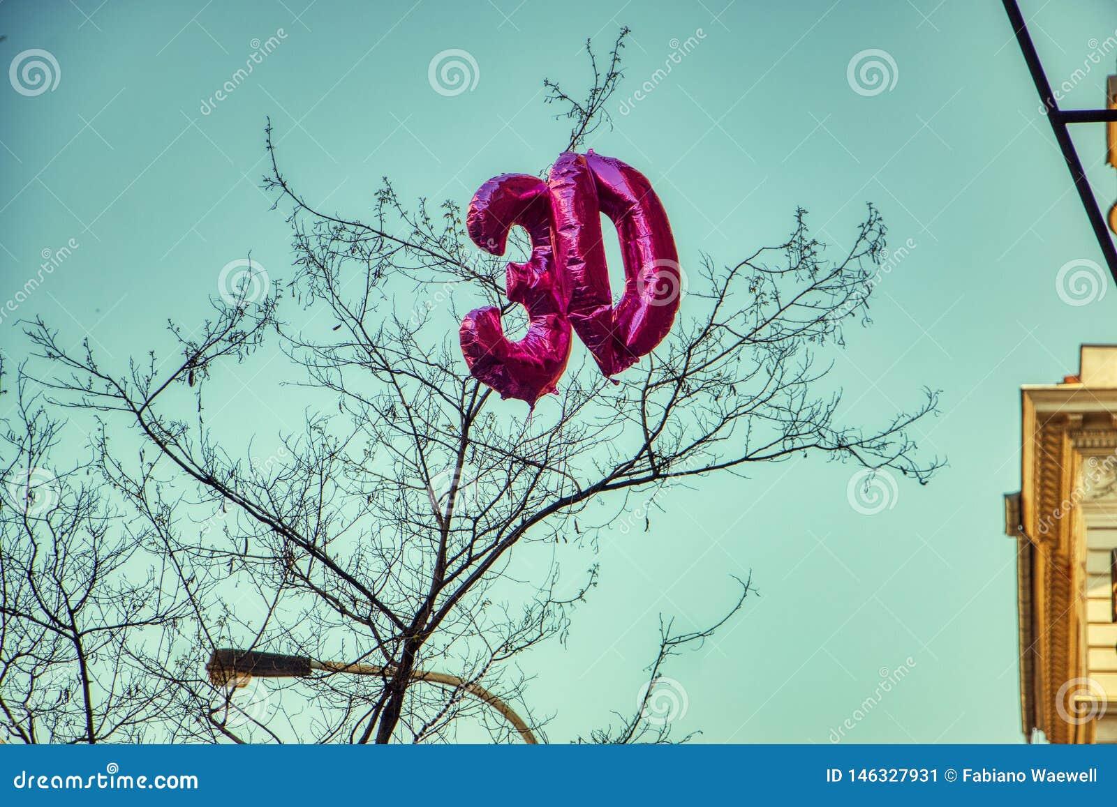 Ballong för nummer 30 på blå himmel