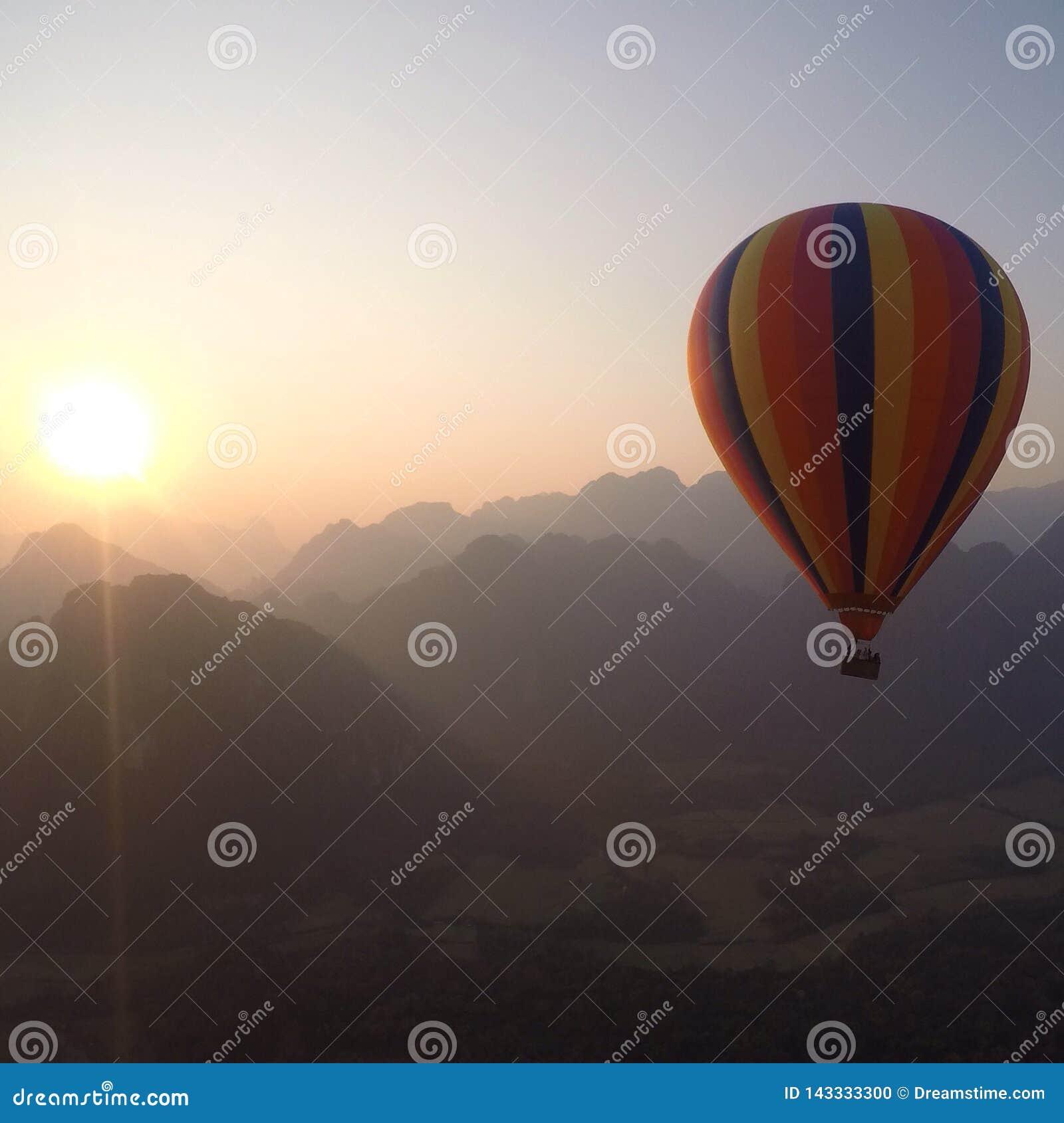 Ballong för varm luft i Laos