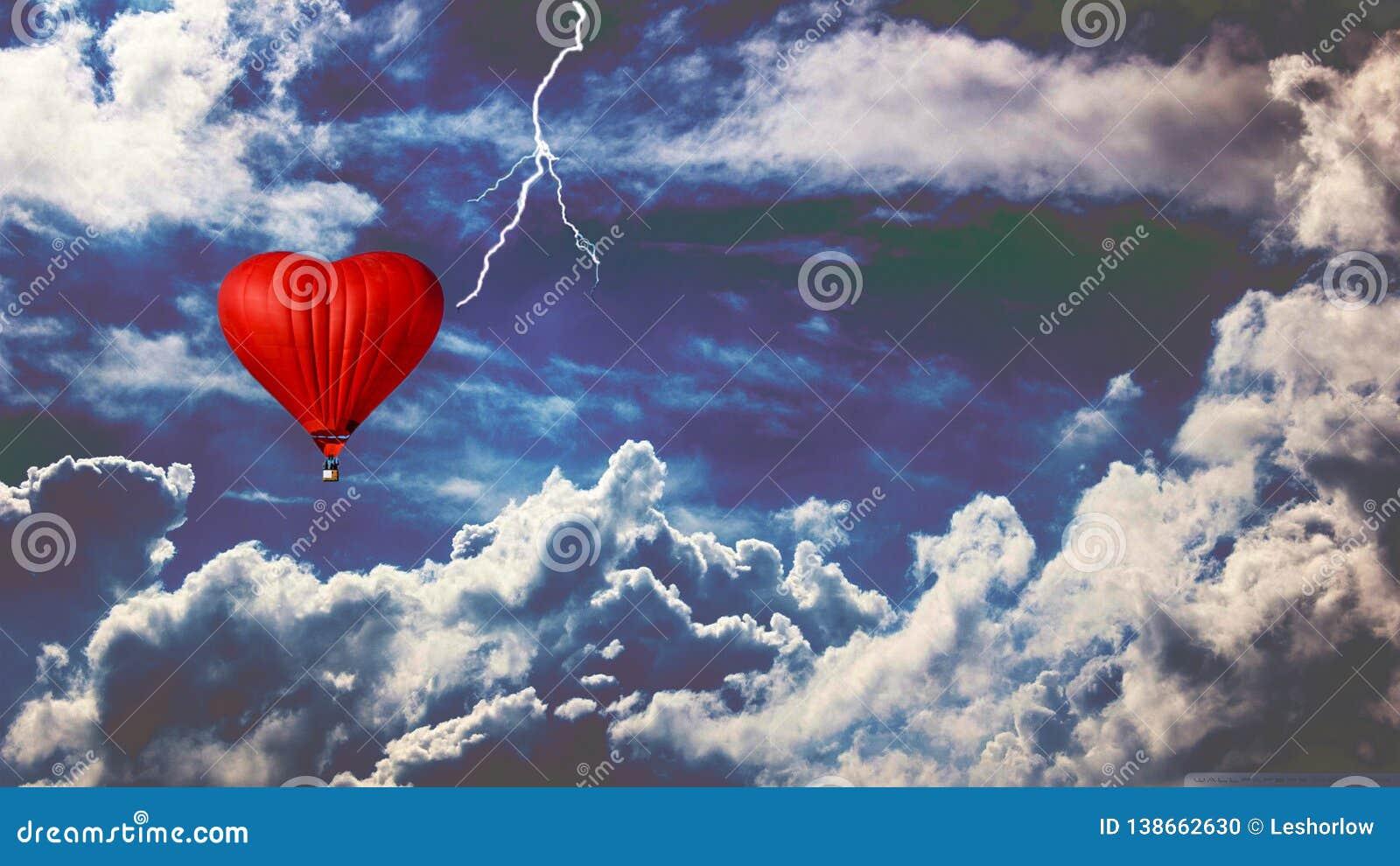 Ballong i en stormig himmel Heartlike ballong
